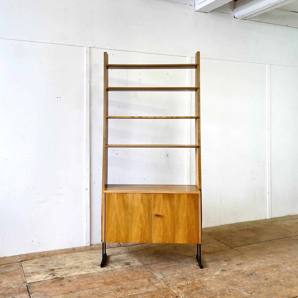 Bücherregal mit abschliessbaren Schrank. Preis pro Regal. 90x35cm Höhe 194cm. Die Möbel sind Nussbaum furniert und stehen auf schwarzen Metallfüssen, die Tablare sind höhenverstellbar.
