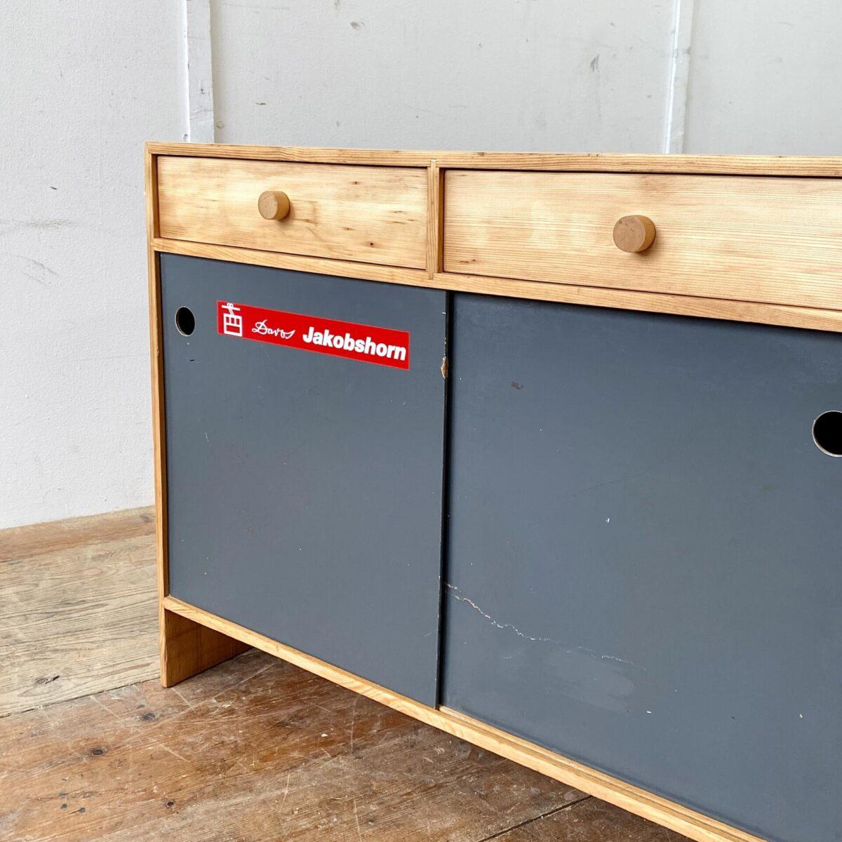 Vintage Schiebetüren Schränkli aus den 60er 70er Jahren. 88x34cm Höhe 70.5cm. Der Schuhschrank ist aus Tannenholz, die Holzoberflächen sind geschliffen und geölt. Die Pavatex Schiebetüren mit grauer Kelko Beschichtung. Eine Türe hat eine Bruchstelle welche aber stabil ist, oder ausgewechselt werden kann. Die zwei Schubladen laufen einwandfrei.