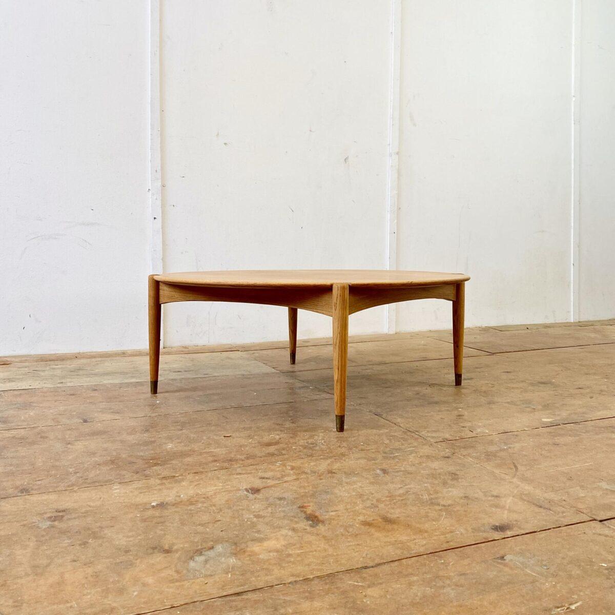 Deuxieme.shop coffetable. Midcentury Teak Salontisch. Durchmesser 102cm Höhe 38.5cm. Der Couchtisch ist in gepflegtem guten Zustand, die runden konischen Beine haben Kleine Messing Füsse.