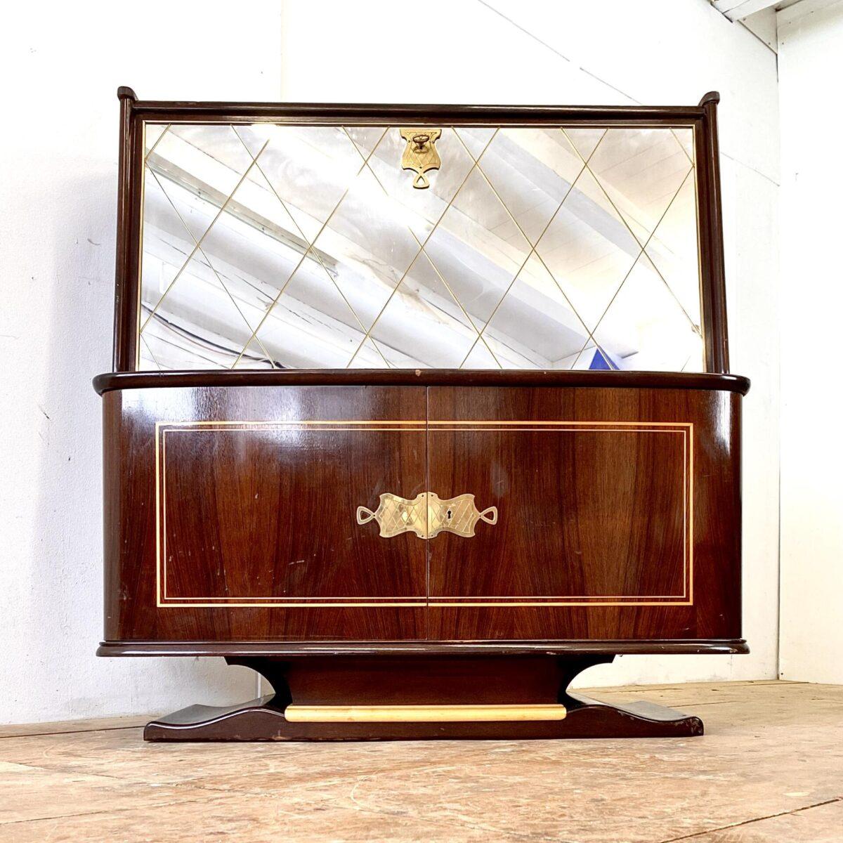 Sekretär mit Spiegel und Linoleum Tischblatt. 118x54.5cm Höhe 122cm. Schreibtisch Höhe 72cm. Der Spiegel hat feine Filets eingefräst. Im Innenbereich befinden sich kleine Schubladen und Tablare. Ebenfalls ein Barfach mit Glasboden, die Beleuchtung geht beim aufmachen der Klappe an. Der obere Teil ist abschliessbar, das untere Schloss ist leider nicht funktionstüchtig, die Türen lassen sich aber gut öffnen und schliessen. Das ganze steht auf einem zweifarbigen, geschwungenem Sockel. Ganz im Stile von Art déco Möbeln.