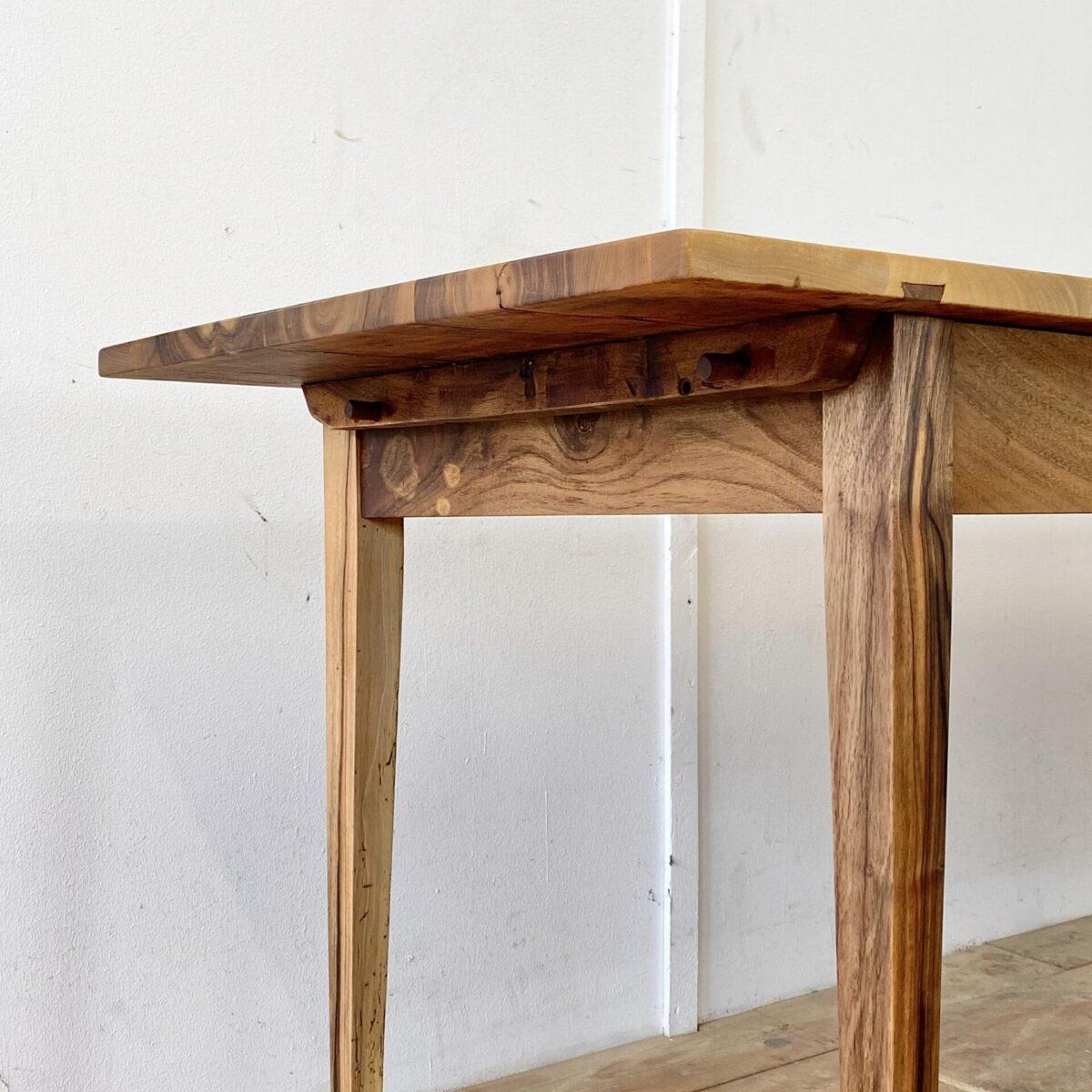 Schmaler Nussbaumtisch 210x64cm Höhe 76cm. Dieses antike Tischblatt, mit lebhafter Holzmaserung, kam ohne Unterbau zu uns. Mit passendem alten Nussbaumholz haben wir den Unterbau dazu geschreinert. Das elegante schmal-längliche Format der Tischplatte, wollten wir mit dem feingliedrigen geradlinigen Unterbau Unterstreichen. Das Tischblatt ist mittels Holzzapfen mit dem Unterbau verbunden. Die Holzoberflächen sind mit Naturöl behandelt.