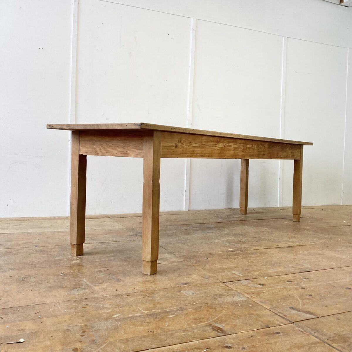 Deuxieme.shop Langer Esstisch aus Tannenholz. 260x71cm Höhe 76cm Beinfreiheit 59.5cm. Stämmige Beine und die verlebte Tischplatte geben dem Tisch eine Werkstatt mässige Ausstrahlung. Trotzdem hat er, durch die Länge, eine gewisse Eleganz. Das Tischblatt mit diversen Rissen und Wurmlöchern, hat eine feine Holzumrandung. Alles in stabilem teilweise frisch verleimten Zustand.