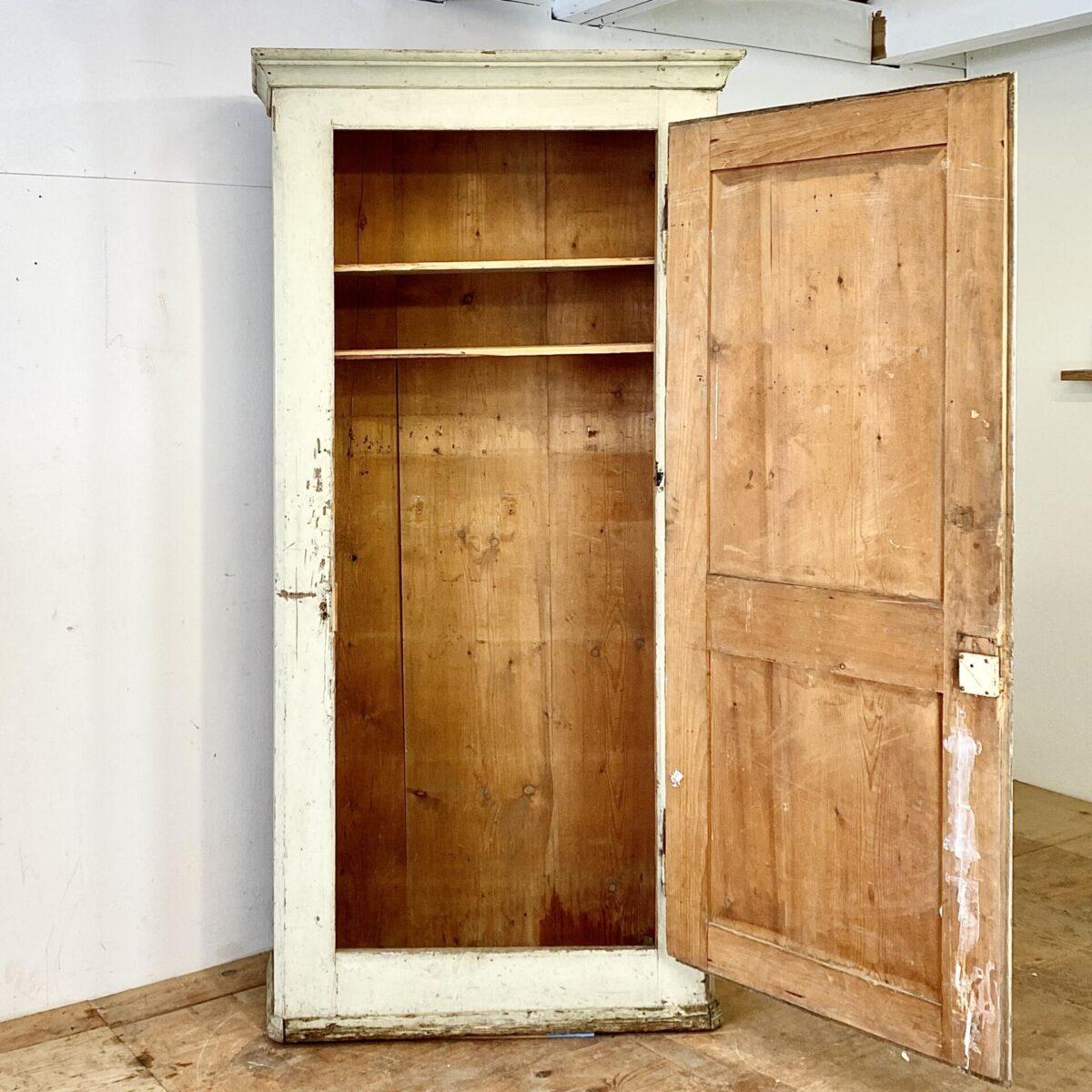 Helles Schubladenmöbel. 94.5x54.5cm Höhe 148cm. Diese Kleider Kommode wurde mal mintgrün gestrichen, sie ist mittlerweile aber etwas abgewetzt. Die Deckplatte hat einen kleinen Holzflick. Der Kleiderschrank mit ähnlicher Ausstrahlung ist ebenfalls verfügbar und kostet 450.- Die Masse sind: 227x112.5cm tiefe 43cm die tiefe des Schrank Innenraums ist 34cm.