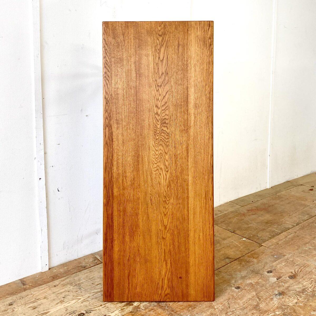Dänischer Salontisch von Hans J. Wegner für Andreas Tuck. 150x60cm Höhe 48.5cm. Dieser Couchtisch ist aus Eiche Vollholz, die Holzoberflächen sind geölt. Was mir besonders gefällt, wie das Eichenholz farblich gealtert ist. Oft geht Eiche stark ins gelbliche, dieser Tisch hingegen hat eine warme braune Ausstrahlung. Dieser Tisch wurde in den 60er Jahren in verschiedenen Grössen produziert, bei uns gibt es in noch in der Länge von 130cm.