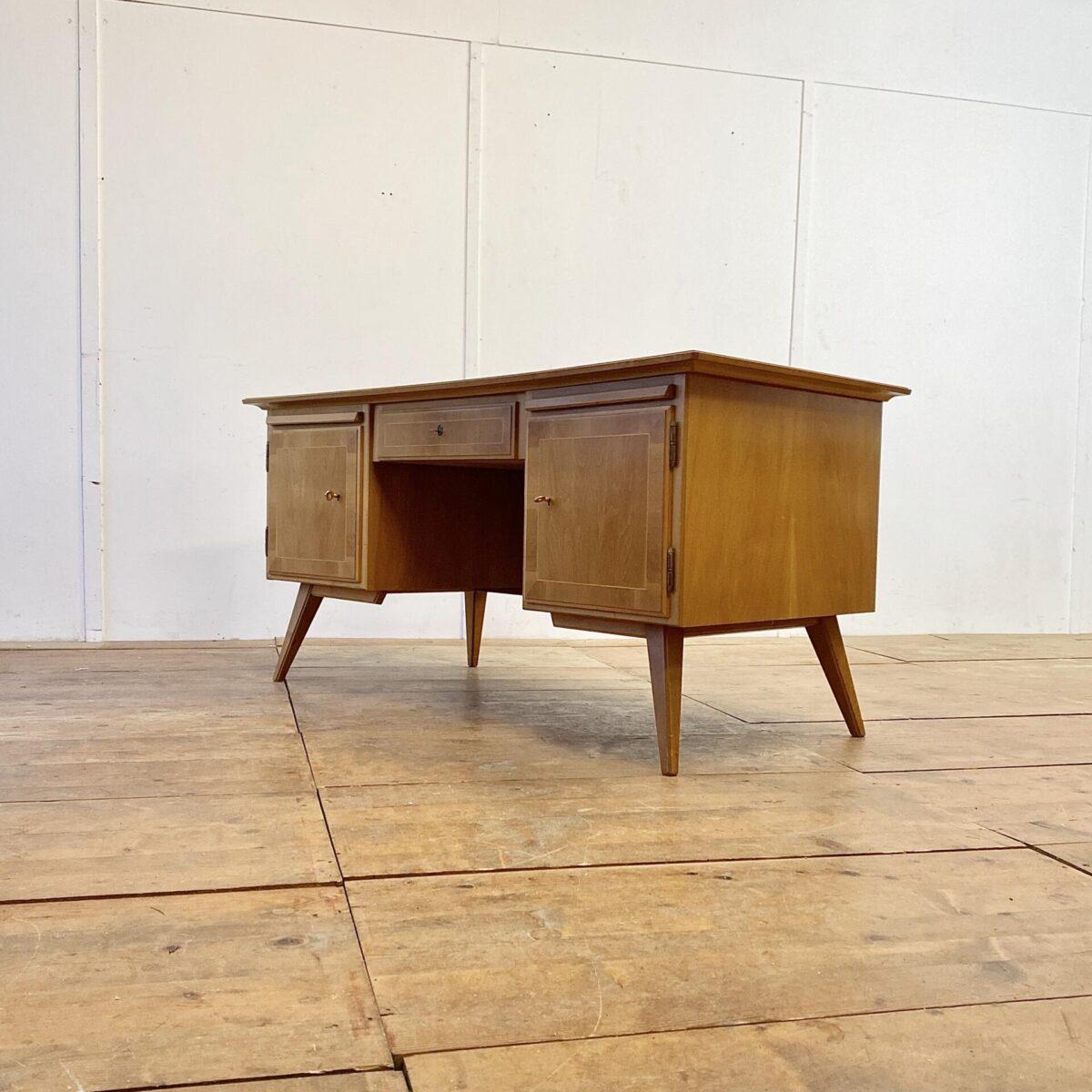 Deuxieme.shop Nussbaum Schreibtisch mit Schublade. 16x80cm Höhe 74.5cm. Dieser Tisch hat eine trapezförmige Grundform, und ist leicht geschwungen. Hinter den Türen befinden sich Schubladen. Die Rückseite hat Füllungen und ein kleines Tablar.