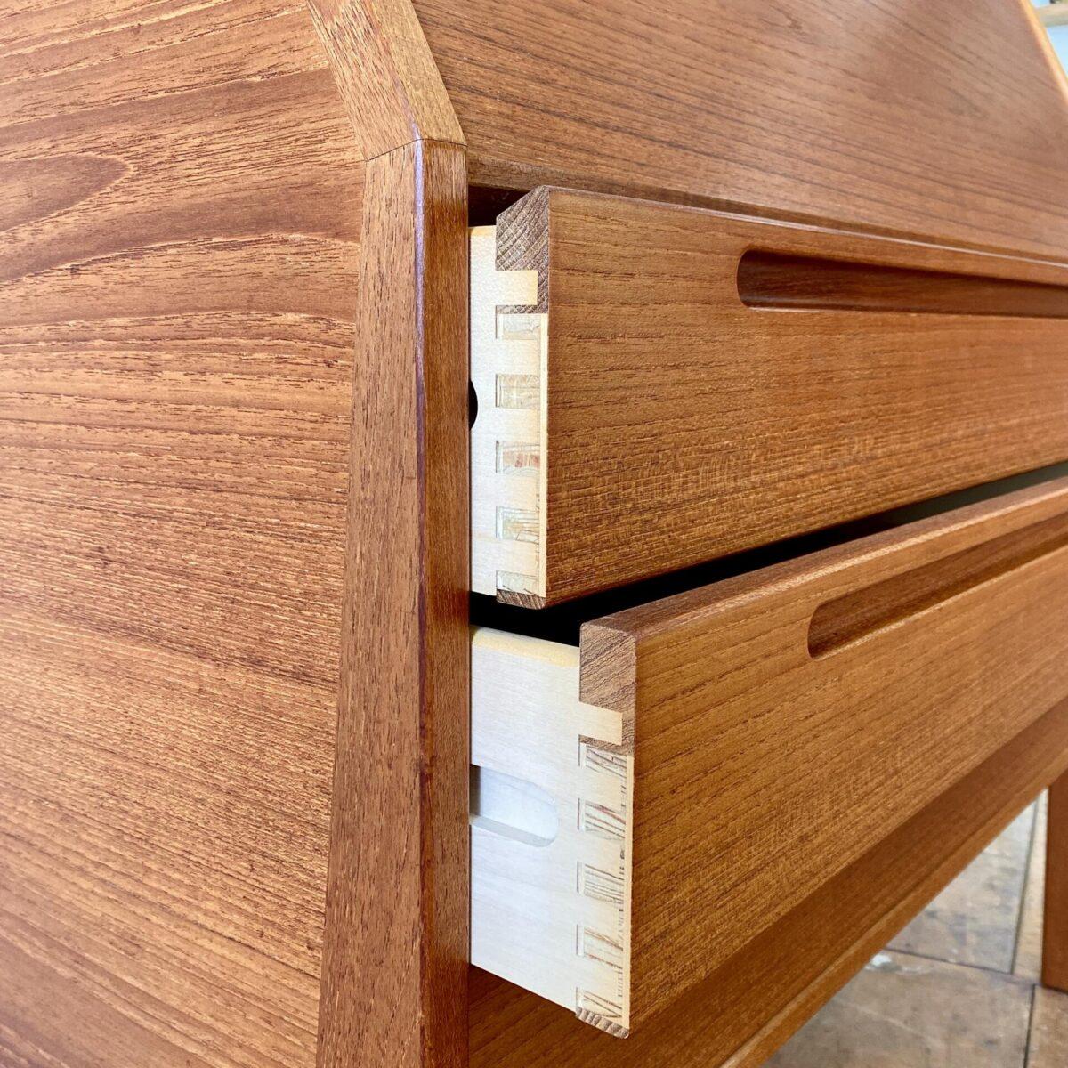 Dänischer Teak Sekretär von Nils Jonsson für HJN Møbler. 90x45cm Höhe 108cm Tischhöhe 68cm. Der Sekretär ist bis ins Detail hochwertig verarbeitet. Mir gefällt besonders der klapp Mechanismus der Tischplatte, welche auch ins Möbel eingeschoben werden kann. Sehr gepflegter Original Zustand aus den 60er Jahren.