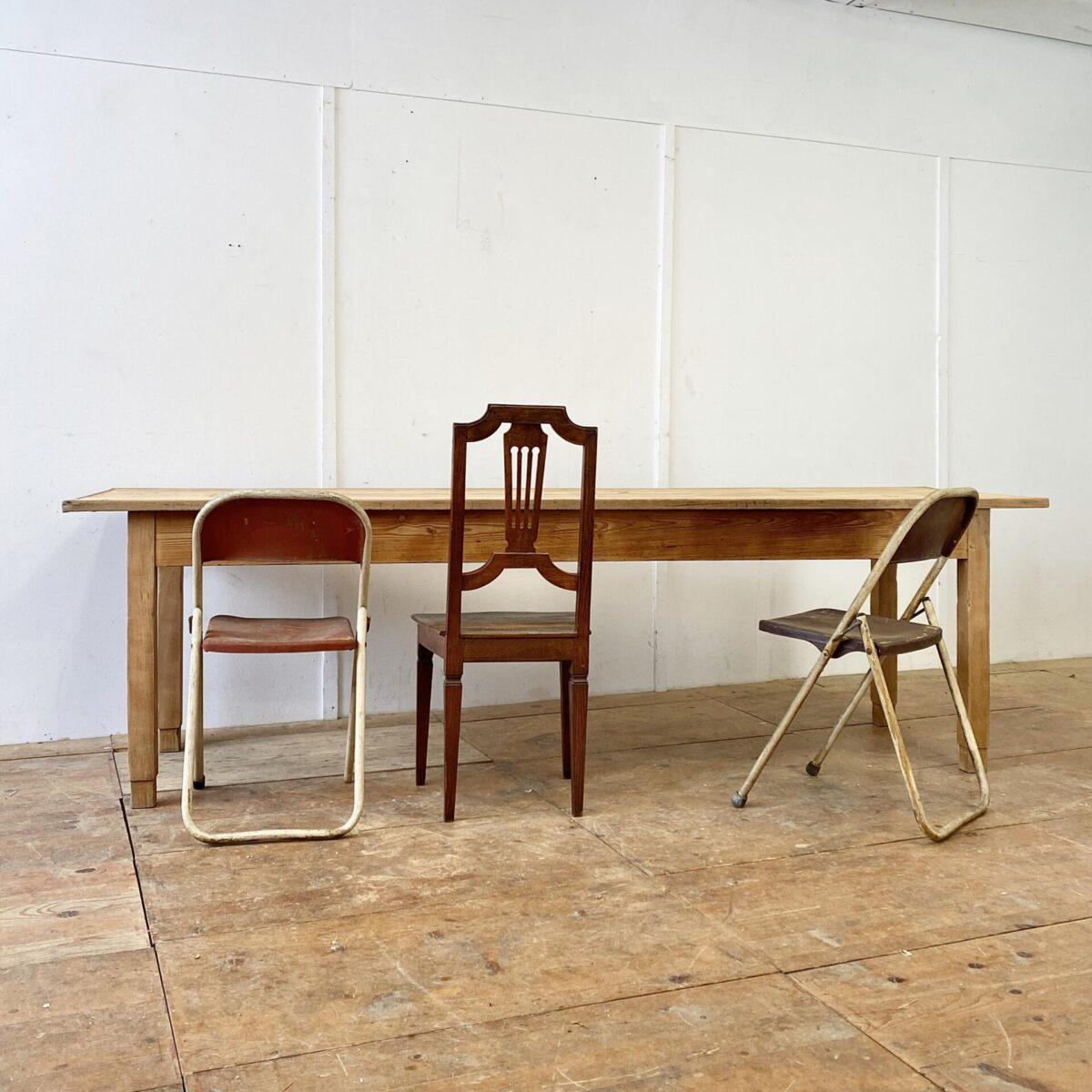 Langer Esstisch aus Tannenholz. 260x71cm Höhe 76cm Beinfreiheit 59.5cm. Stämmige Beine und die verlebte Tischplatte geben dem Tisch eine Werkstatt mässige Ausstrahlung. Trotzdem hat er, durch die Länge, eine gewisse Eleganz. Das Tischblatt mit diversen Rissen und Wurmlöchern, hat eine feine Holzumrandung. Alles in stabilem teilweise frisch verleimten Zustand.