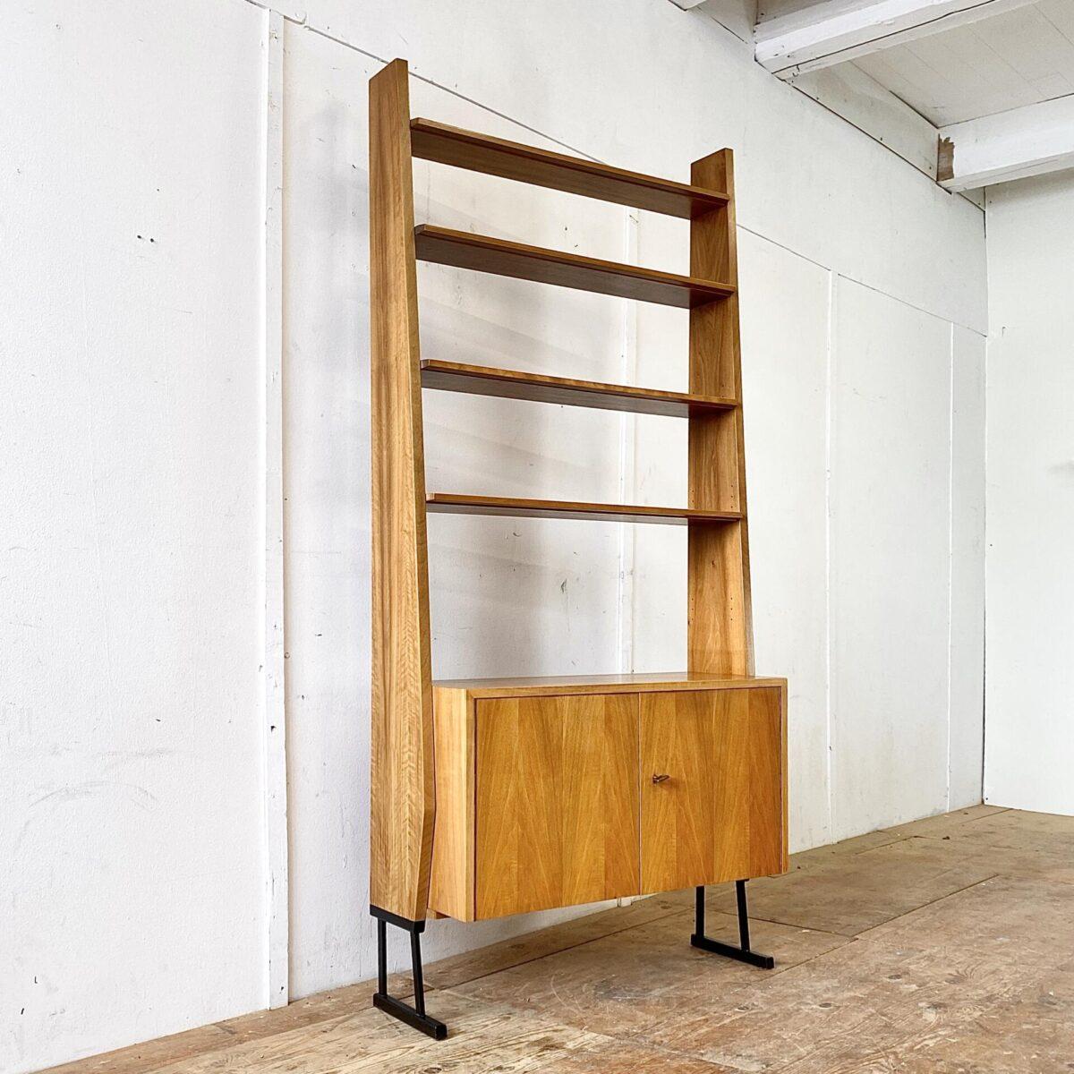 Deuxieme.shop vintage Sideboard highboard. Bücherregal mit abschliessbaren Schrank. Preis pro Regal. 90x35cm Höhe 194cm. Die Möbel sind Nussbaum furniert und stehen auf schwarzen Metallfüssen, die Tablare sind höhenverstellbar.