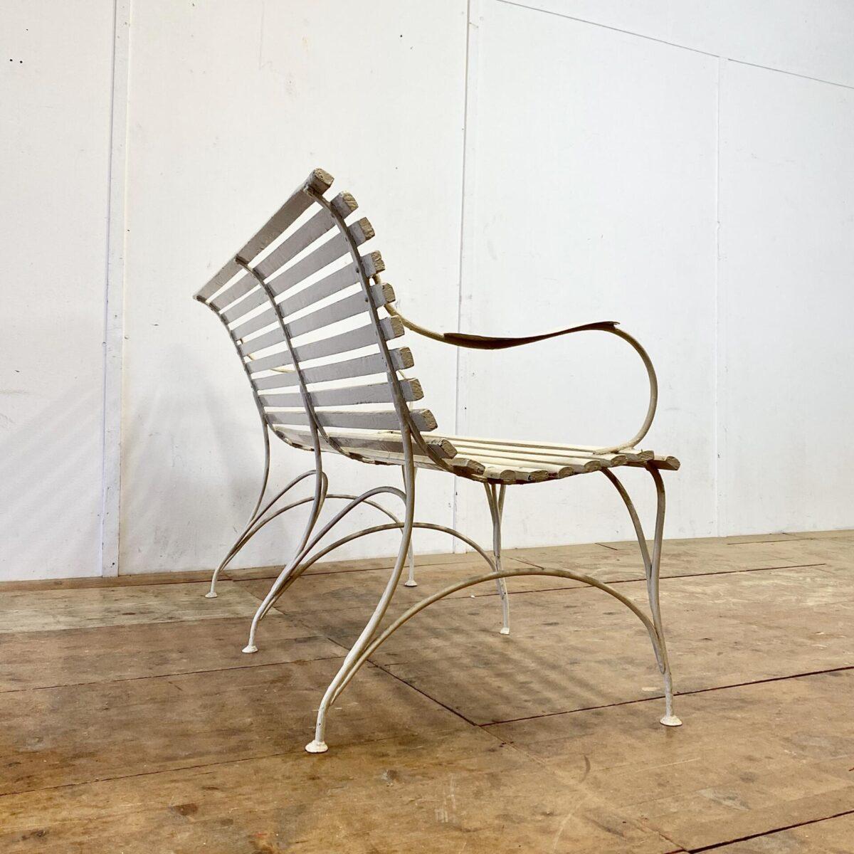 Deuxieme.shop vintage Sitzbank. Antiker Jugendstil Gartenbank mit Armlehnen. Creme Weiss. 144x68cm gesamt Höhe 86cm. Die Sitzbank ist in gutem stabilen Vintage Zustand. Der Gartentisch ist ebenfalls verfügbar.