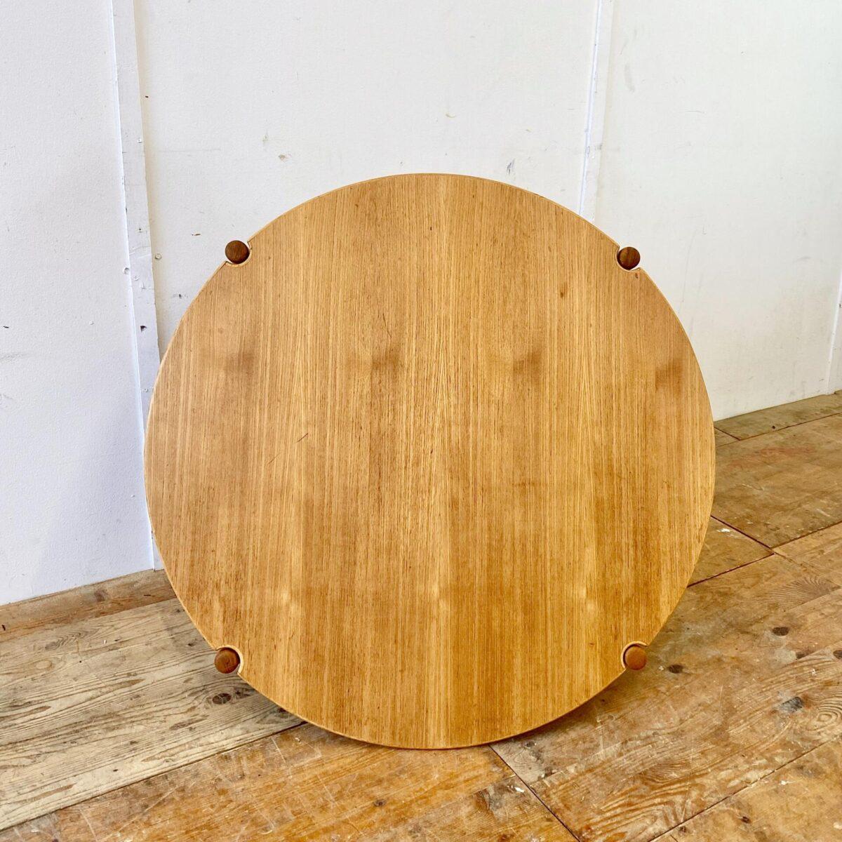 Midcentury Teak Salontisch. Durchmesser 102cm Höhe 38.5cm. Der Couchtisch ist in gepflegtem guten Zustand, die runden konischen Beine haben Kleine Messing Füsse.
