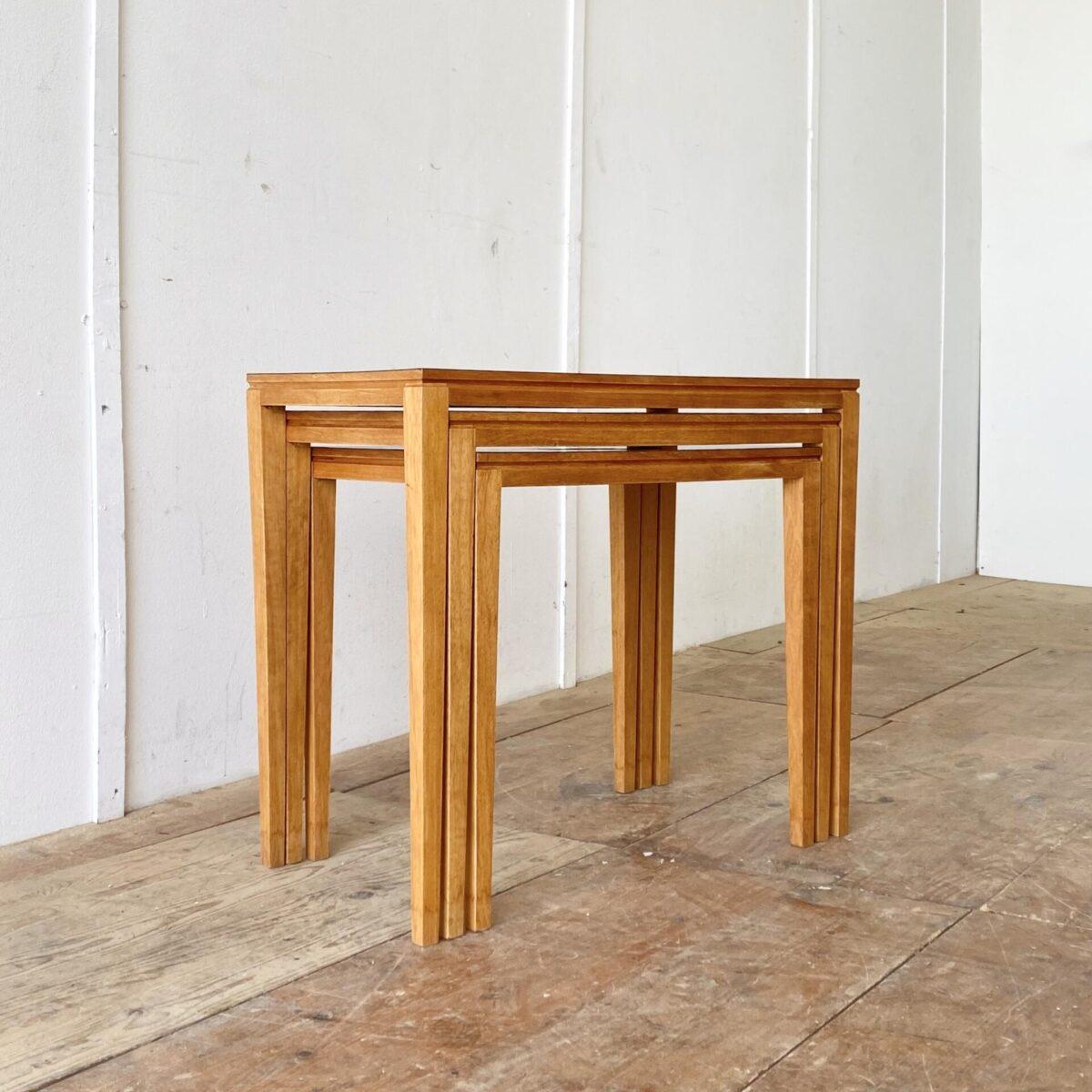 Feingliedrige Satztische. 75x40cm Höhe 63.5cm. Die wasserfeste Kunstharz Oberfläche bietet die ideale Grundlage für Pflanzentöpfe. Aber auch passend als Salontisch, Beistelltisch oder Nachttisch.