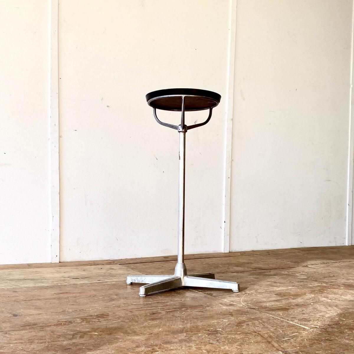 Deuxieme.shop Art déco Tisch. Kleiner Stehtisch für Blumen, Schlüssel Ablage oder Aperitif. Durchmesser 33cm Höhe 82.5cm. Tischblatt Nussbaum furniert, dicker Hochglanz Lack und schwarze Kante. Tischgestell Aluminium, teilweise Alu Guss.