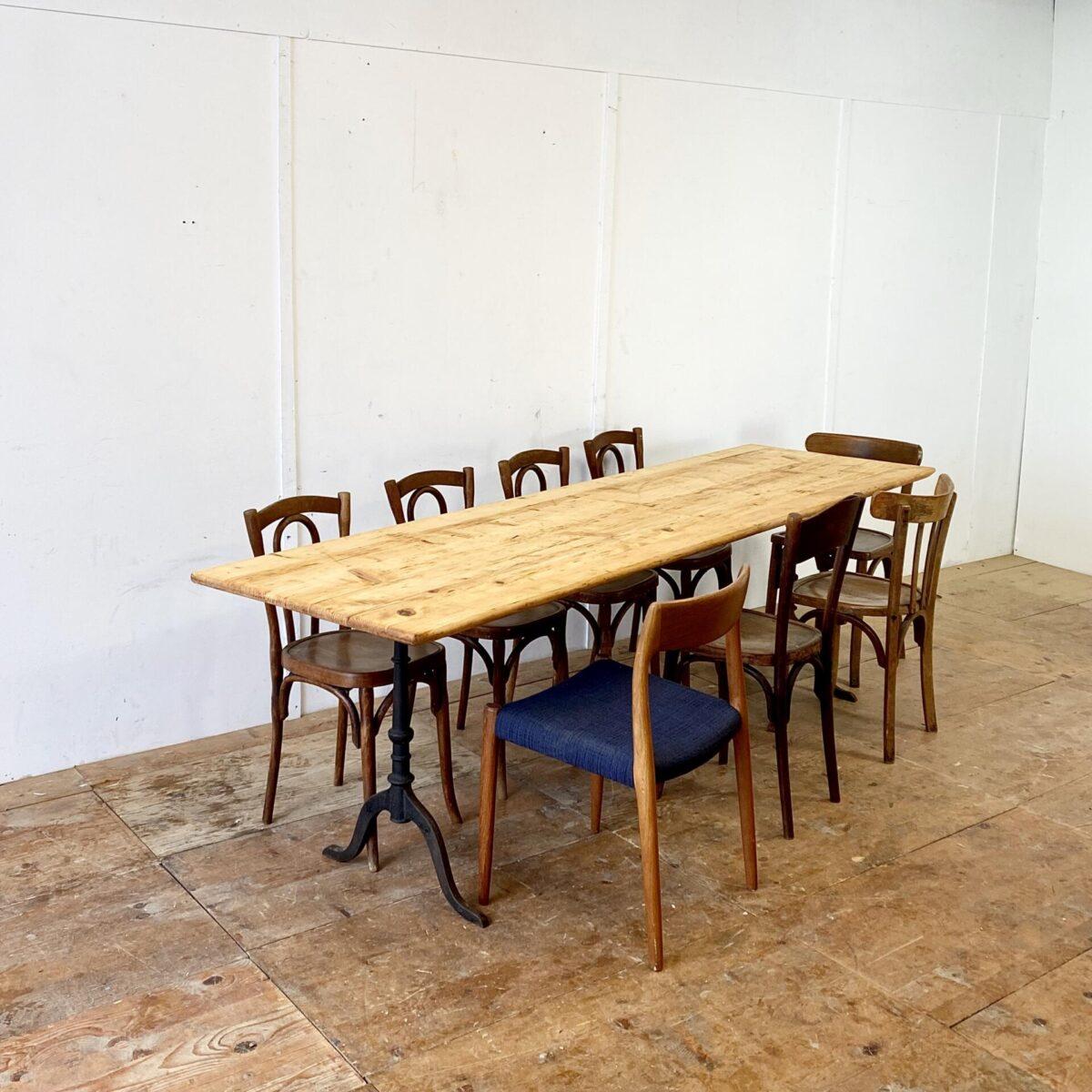 Einfacher alter Beizentisch aus Tannenholz. 250x70cm Höhe 74.5cm. Verlebtes Tischblatt mit Patina frisch aufbereitet, Holzoberfläche geölt.