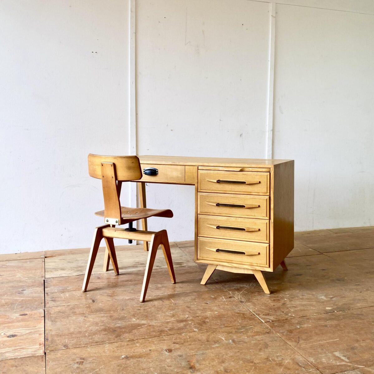 Deuxieme.shop midcentury Schreibtisch Swiss design. Heller Schreibtisch aus Eschenholz mit Schubladenkorpus. 115x60cm Höhe 74cm.