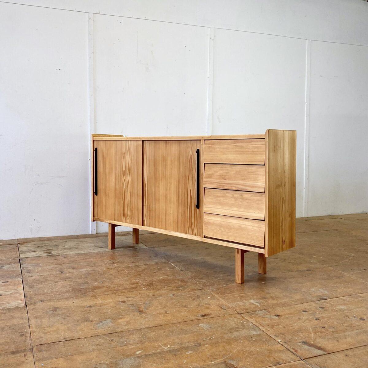 Deuxieme.shop midcentury sideboard. Tannenholz Sideboard mit Schiebetüren und Schubladen. 170x34cm Höhe 92cm. Die Kommode ist komplett geschliffen und geölt, warm-matte Ausstrahlung. Schubladen und Schiebetüren laufen einwandfrei. Hinter den Schiebetüren hat es herausnehmbare Tablar Roste. Das ganze steht auf Buchenholz Füssen.