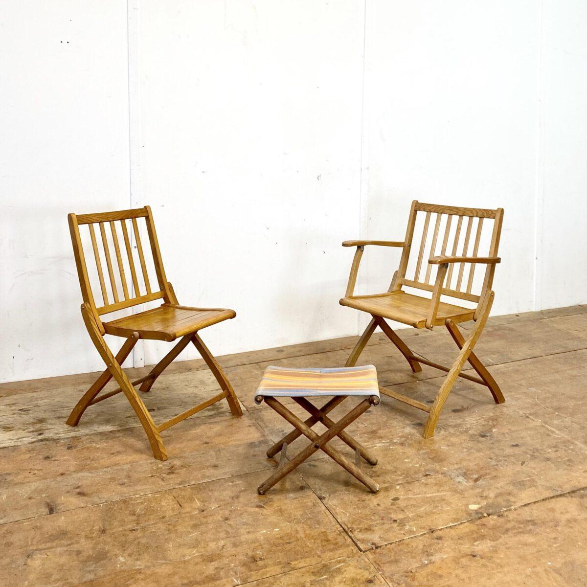 Deuxieme.shop Regiestuhl Holz Klappstühle Gartenstühle. Zwei Klappstühle von Erba, einer mit Armlehnen. Preis für beide, der kleine Klapphocker kostet 45.- Die Stühle sind in gutem funktionalen Zustand.