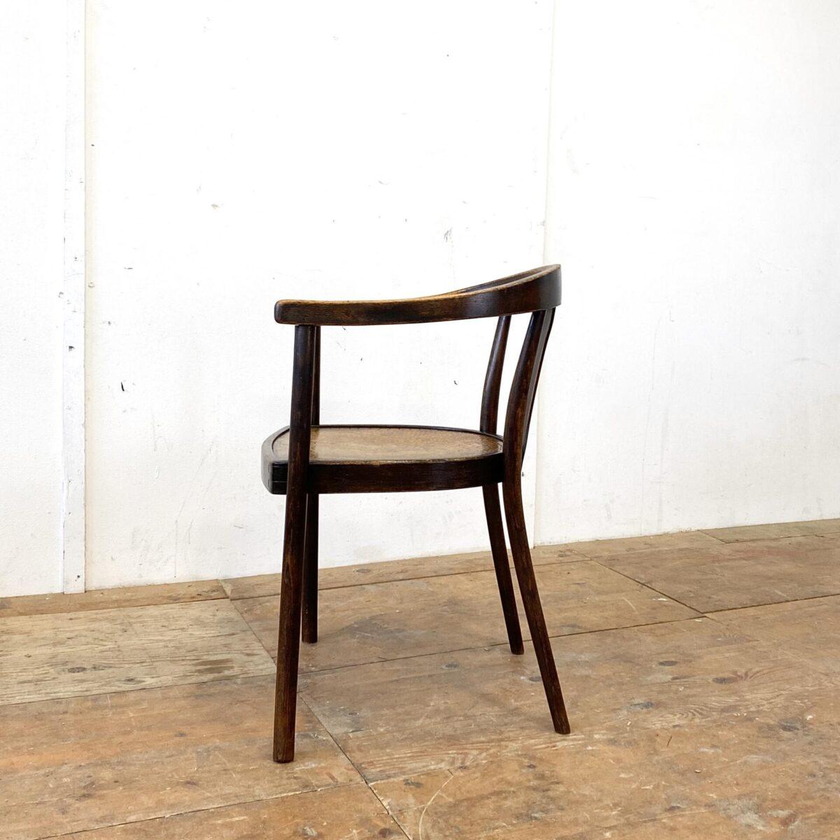 Wiener Armlehnstühle in gutem stabilen Zustand. Der Stuhl von Fischel mit dem Krokodil Muster ist 400.- Der andere von Mundus 250.- Die Bugholzstühle haben eine dunkelbraune Alterspatina.