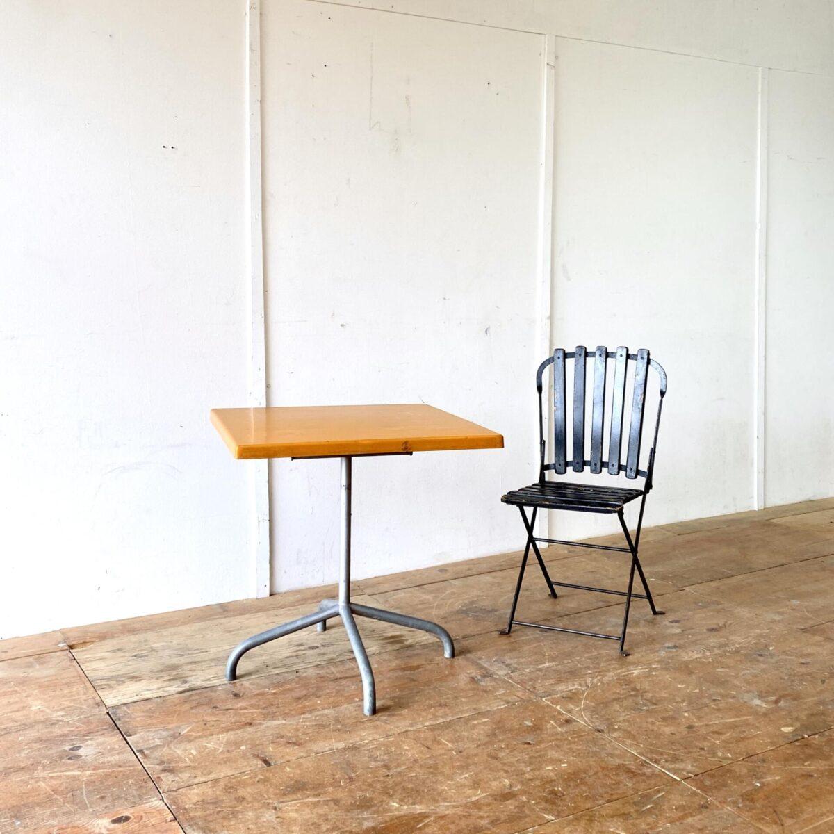 Deuxieme.shop Bättig designklassiker. Vintage Gartentisch von Bättig. 70x70cm Höhe 70cm. Preis pro Tisch. Wetterbeständiger Klapptisch mit Fieberglas Tischplatte. Der Metallfuss ist feuerverzinkt. Die Orange Farbe ist etwas Sonnenverbleicht, ebenfalls hat es kleinere hicke und Schrammen. Polyester ist aber ein sehr langlebiges Material welches auch gut frisch lackiert oder in der gewünschten Farbe angemalt werden kann.