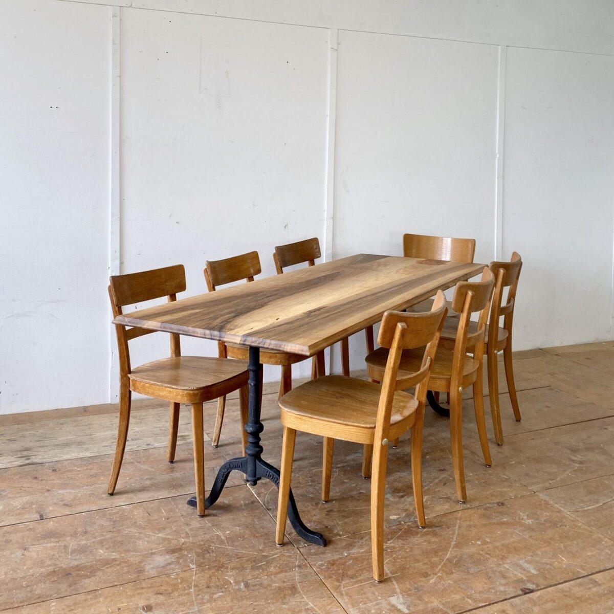 Deuxieme.shop antiker Horgenglarus Nussbaumtisch. Alter Nussbaum Beizentisch mit Emil Baumann Gussfüssen. 200x76cm Höhe 74cm. Tischblatt mit Profilkante, die einzelnen Bretter sind teilweise Keil förmig. Holzoberflächen mit Naturöl behandelt. Die Unterzüge der Tischplatte sind erneuert. Gussfüsse sind verschiedene wählbar.