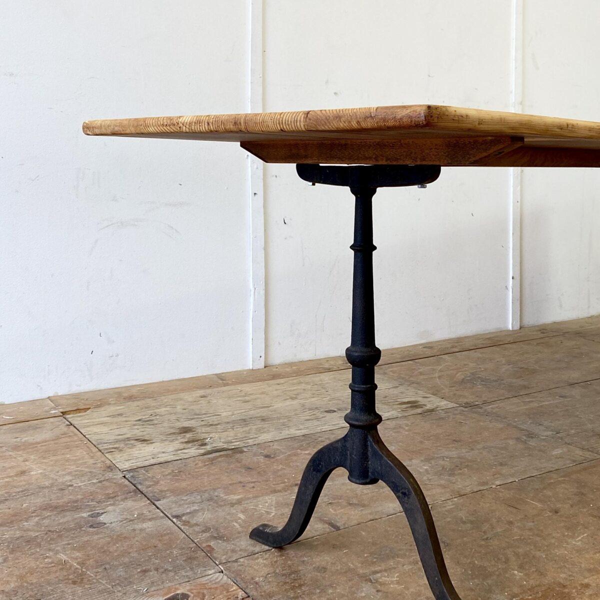 Deuxieme.shop antiker Holztisch. Einfacher alter Beizentisch aus Tannenholz. 250x70cm Höhe 74.5cm. Verlebtes Tischblatt mit Patina frisch aufbereitet, Holzoberfläche geölt.