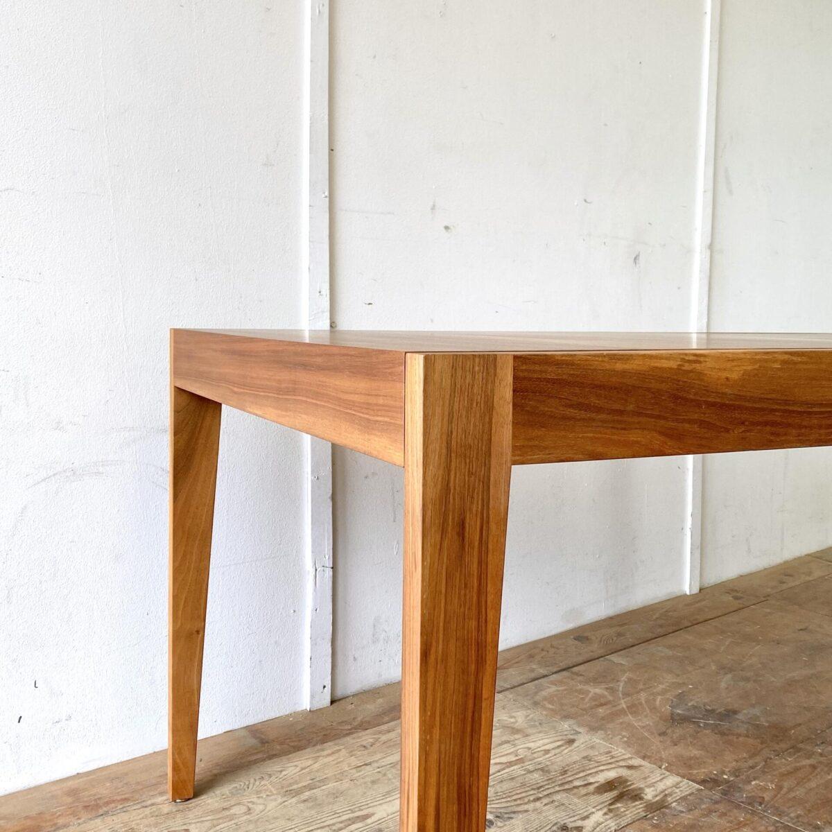 Schlichter Nussbaum Esstisch mit Verlängerung aus den 60er Jahren. 160.5 x 90cm Höhe 72.5cm. Ausgezogen 210cm. Das Tischblatt ist Nussbaum Furniert, Beine und Zargen sind aus Vollholz. Kein Hersteller ersichtlich, würde ich einem Schweizer Fabrikat zuordnen. Die Holzoberflächen sind mit Naturöl behandelt.