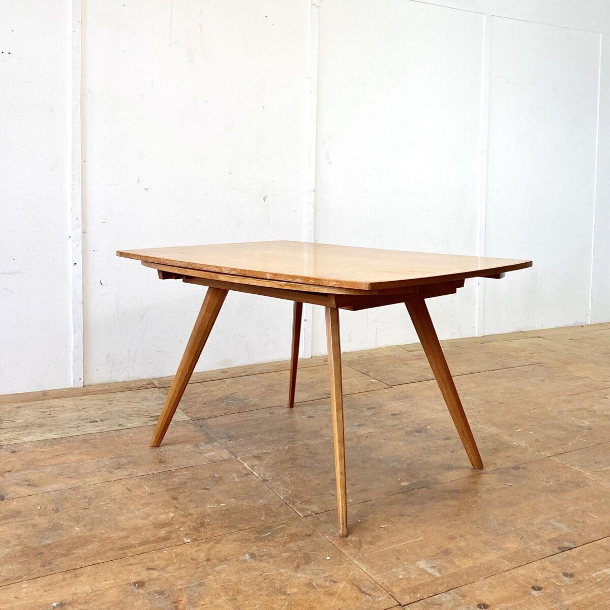 Jacob Müller Zwei-Form-Tisch aus den 50er Jahren. 130x88cm Höhe 72cm. Mit den zwei Auszügen ist der Tisch Quadratisch 130x130cm. Tischblatt furniert, die konischen Tischbeine sind aus Vollholz. Der Tisch ist Originalem Zustand, alles stabil und funktionstüchtig, der Lack ist teilweise etwas abgewetzt.