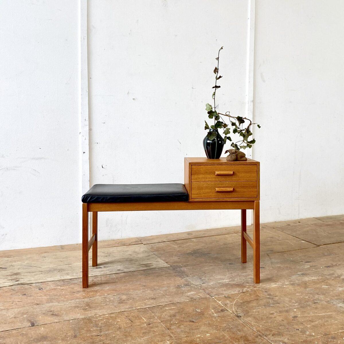 Deuxieme.shop Teak Bench. Schwedischer Midcentury Telefontisch mit Sitzbank. 85x38cm Höhe 50cm Sitzhöhe 44cm. Das Sitzpolster ist mit Leder Bezogen, Tisch und Schubladen Teak furniert. Die Beine sind aus Vollholz.