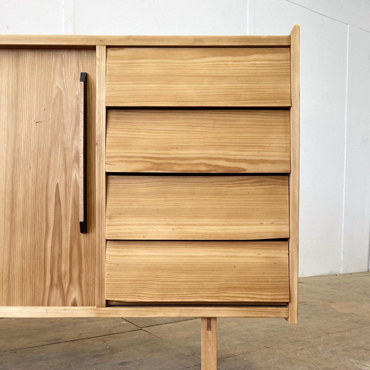 Tannenholz Sideboard mit Schiebetüren und Schubladen. 170x34cm Höhe 92cm. Die Kommode ist komplett geschliffen und geölt, warm-matte Ausstrahlung. Schubladen und Schiebetüren laufen einwandfrei. Hinter den Schiebetüren hat es herausnehmbare Tablar Roste. Das ganze steht auf Buchenholz Füssen.