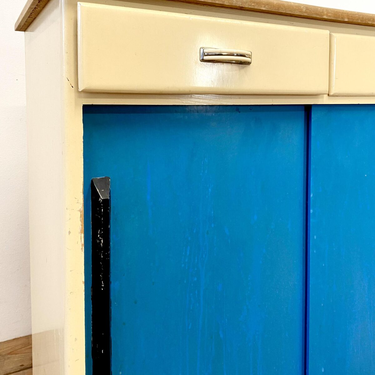 Deuxieme.shop vintage 60er Jahre Küchenschrank Schrank mit Schubladen und blauen Schiebetüren. 200.- 91x40cm Höhe 86.5cm. Voratsschränkli mit Keramik Schütten 250.- 57.5x22cm Höhe 78cm. Tabourettli mit braunem Linoleum 45.-