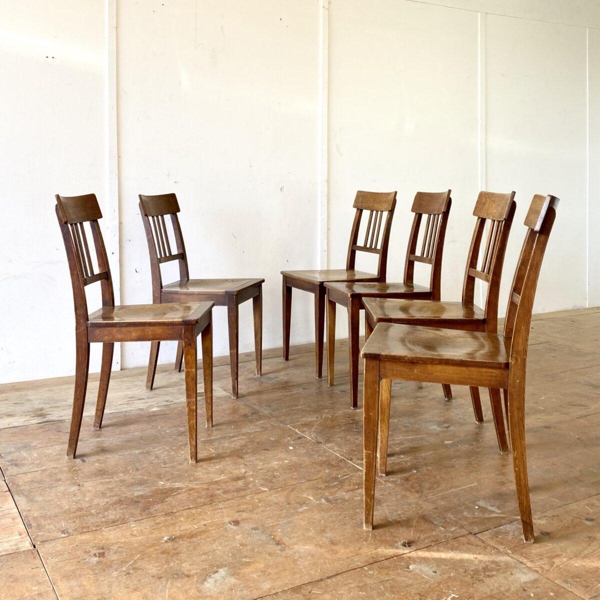 6er Set horgenglarus Stühle in stabilem guten Zustand. Ein mix aus Biedermeierstuhl, und der Bequemlichkeit eines Beizenstuhl, dunkelbraune Alterspatina.