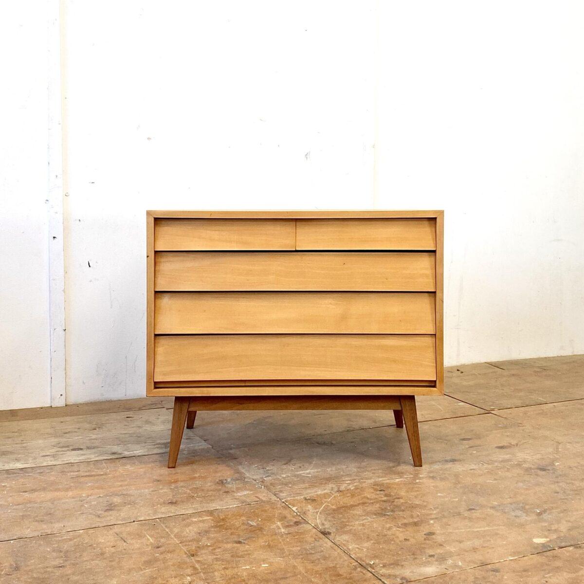 Deuxieme.shop midcentury 60er Jahre Kleider Kommode mit Schubladen aus Ahorn. 80x47cm Höhe 70cm. Die Kommode steht auf Nussbaum Füssen. Der Korpus ist furniert, Schubladenfronten sind aus Vollholz. Das Möbel ist geschliffen und geölt, mögliche Farb Akzente sind noch offen.