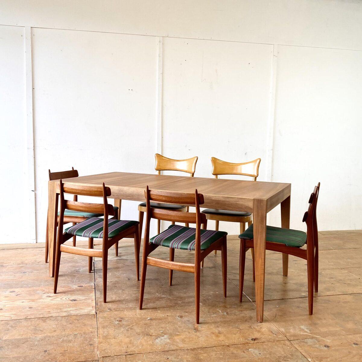 Deuxieme.shop midcentury Tisch. Schlichter Nussbaum Esstisch mit Verlängerung aus den 60er Jahren. 160.5 x 90cm Höhe 72.5cm. Ausgezogen 210cm. Das Tischblatt ist Nussbaum Furniert, Beine und Zargen sind aus Vollholz. Kein Hersteller ersichtlich, würde ich einem Schweizer Fabrikat zuordnen. Die Holzoberflächen sind mit Naturöl behandelt.