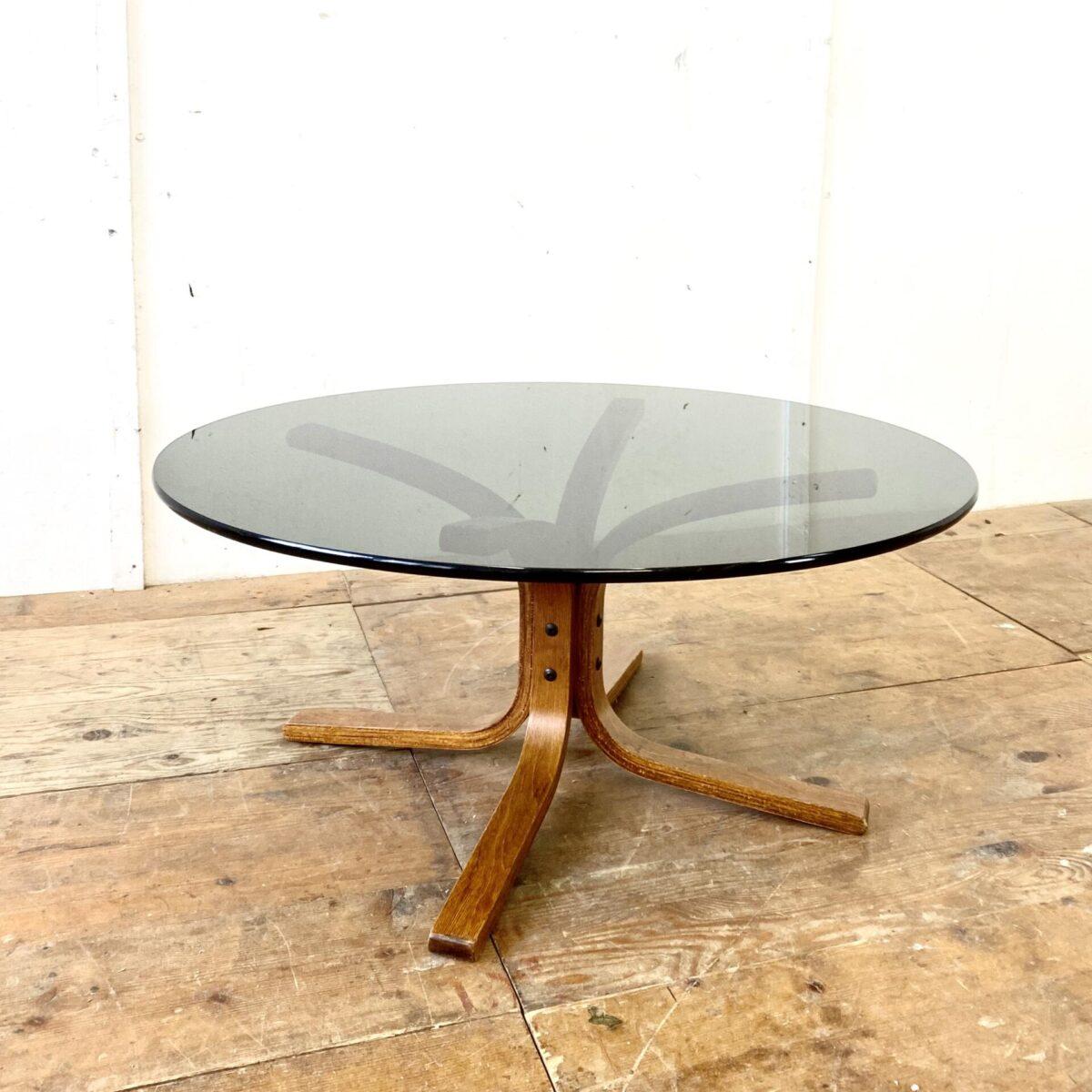 Glas Salontisch von Ingmar Relling für Westnofa aus den 60er Jahren. Durchmesser 90cm Höhe 40cm. Das Tischblatt aus schwarzem Rauchglas ist 12mm dick. Der Unterbau ist aus Buche Formsperrholz.