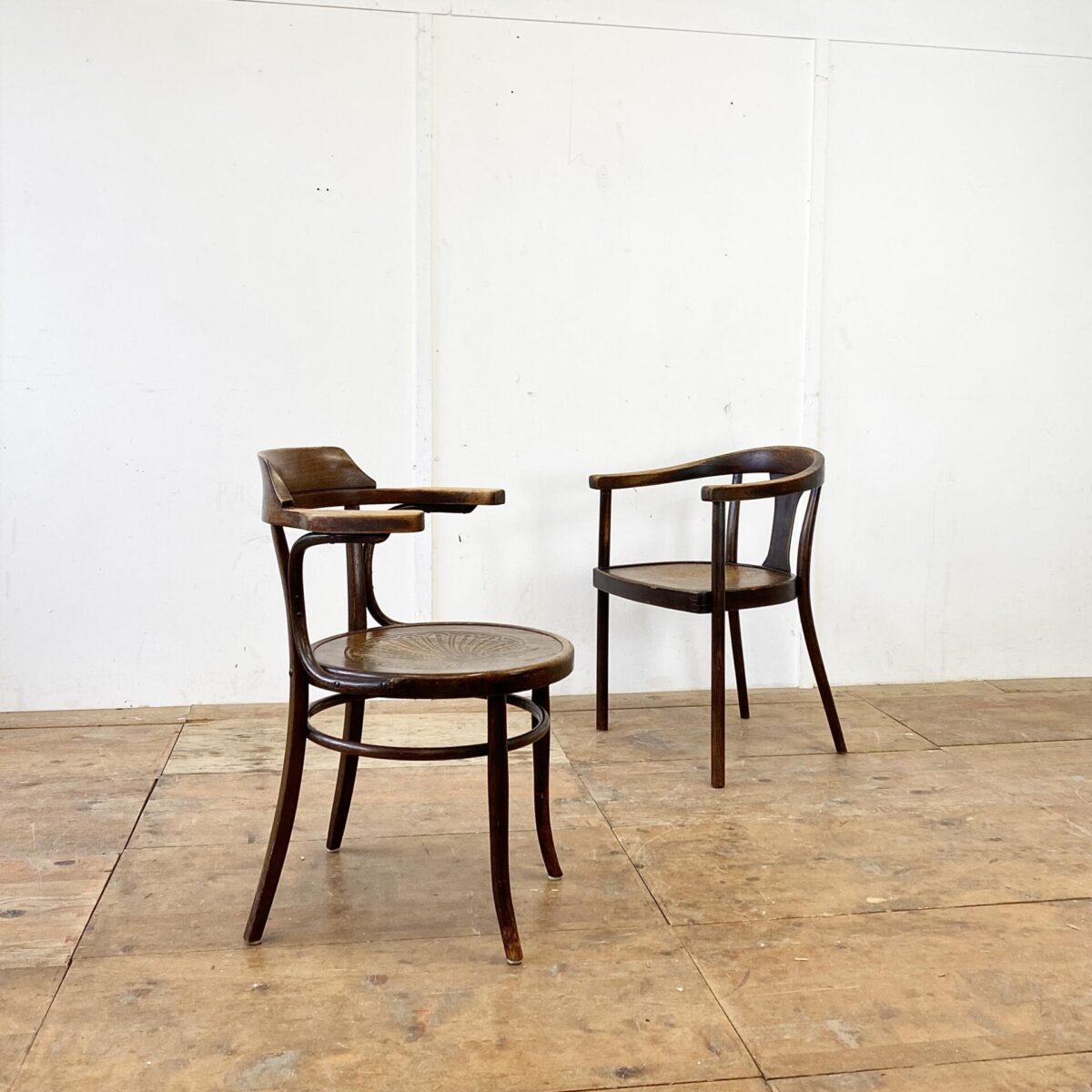 Deuxieme.shop Bugholzstühle. Thonet. Wiener Armlehnstühle in gutem stabilen Zustand. Der Stuhl von Fischel mit dem Krokodil Muster ist 400.- Der andere von Mundus 250.- Die Bugholzstühle haben eine dunkelbraune Alterspatina.
