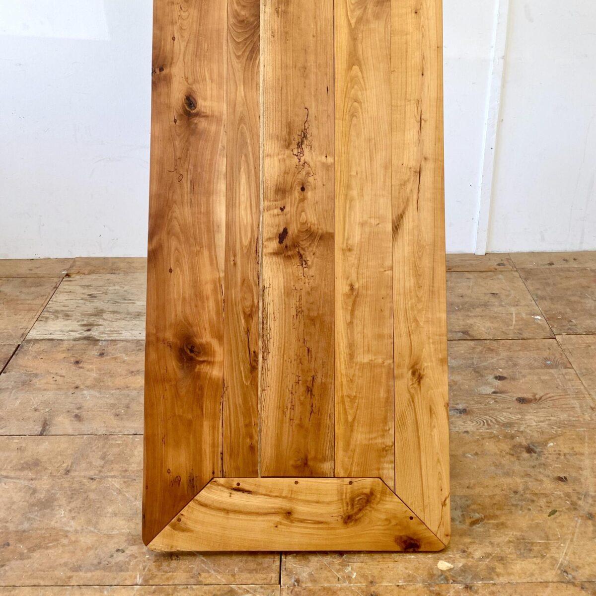 Deuxieme.shop antiker horgenglarus Tisch designklassiker. Alter Kirschbaum Beizentisch. 190x78cm Höhe 76cm. Diverse Risse leicht offene Fugen aber alles in Zustand. Intensive rötliche Alterspatina, Holzoberfläche mit Naturöl behandelt. Verschiedene Horgenglarus Gussfüsse wählbar.