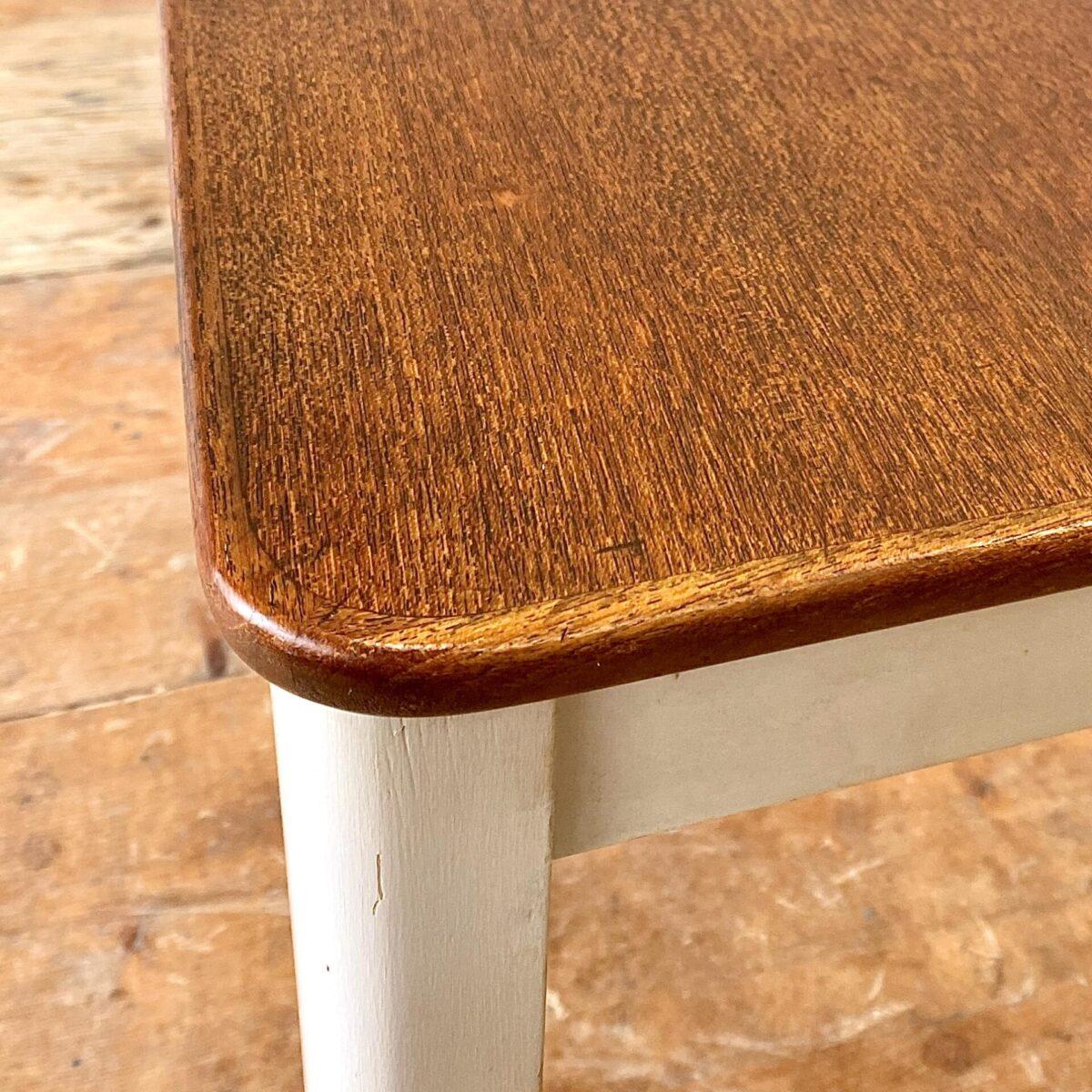 Deuxieme.shop vintage Teak Tisch. Kleiner Teak Schreibtisch mit zwei Schubladen. 102x57.5cm Höhe 76.5cm. Das Tischgestell ist weiss angemalt, Schubladenfronten und Tischblatt Teak furniert.