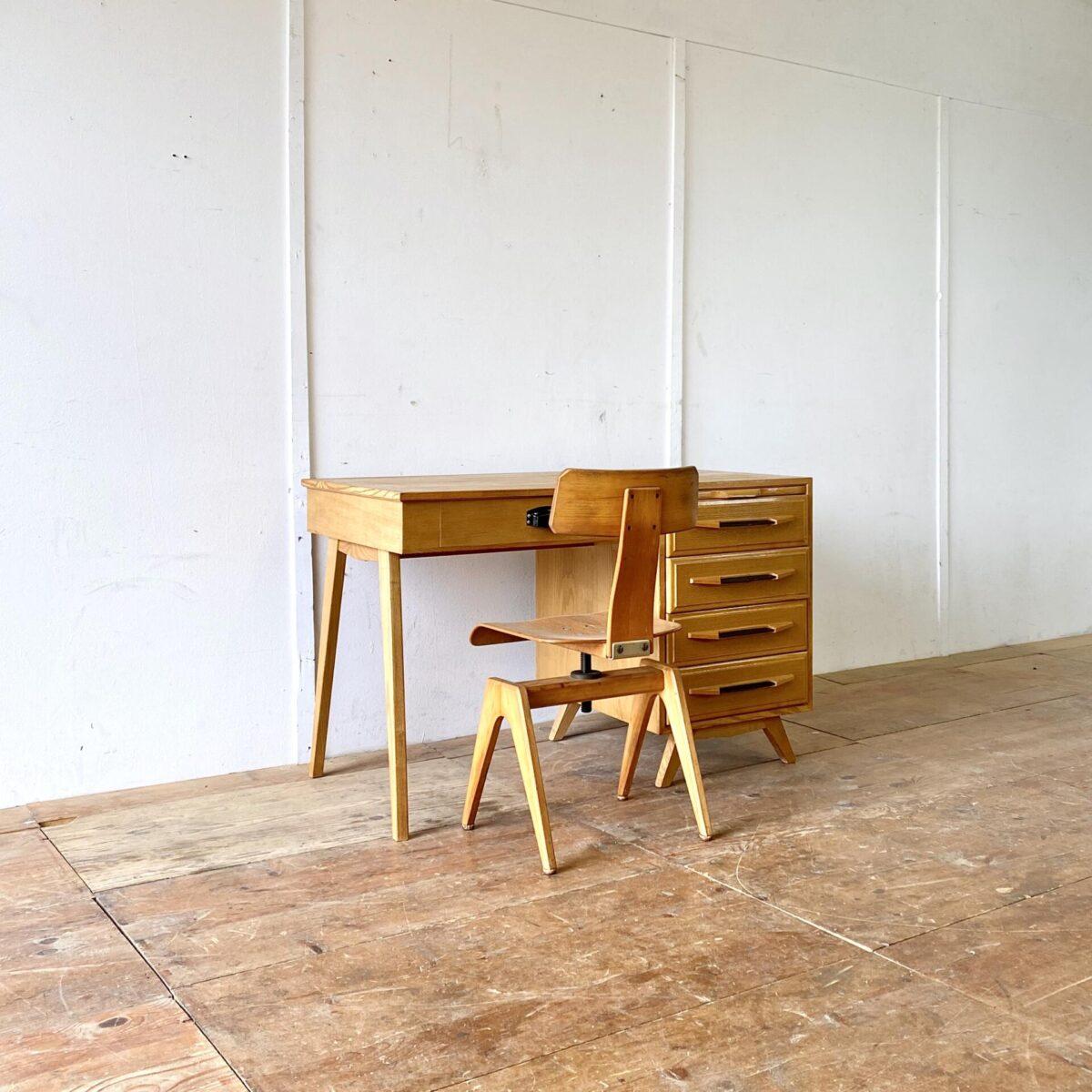 Heller vintage Schreibtisch aus Eschenholz mit Schubladenkorpus. 115x60cm Höhe 74cm.
