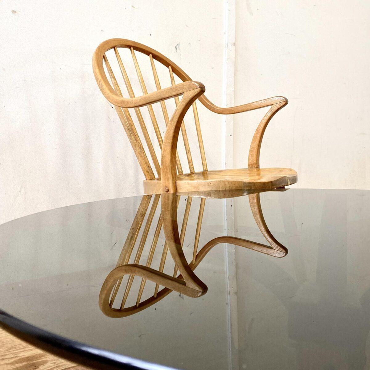 Deuxieme.shop Glas Salontisch von Ingmar Relling für Westnofa aus den 60er Jahren. Durchmesser 90cm Höhe 40cm. Das Tischblatt aus schwarzem Rauchglas ist 12mm dick. Der Unterbau ist aus Buche Formsperrholz.