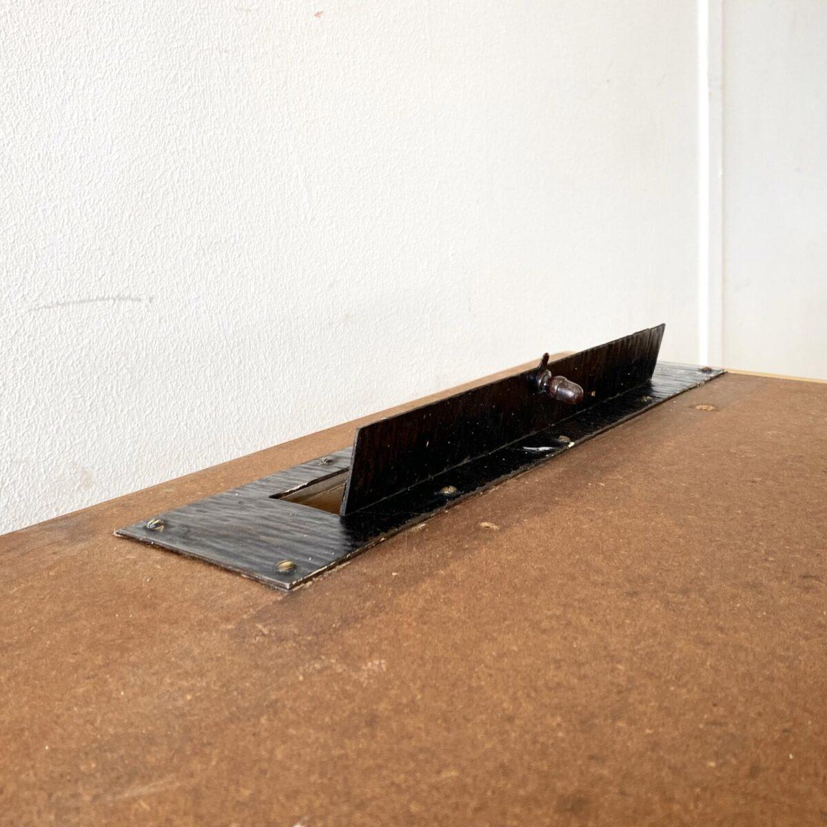 Sideboard Langer Schubladenkorpus 306x64cm Höhe 97cm. Diese Kommode diente einer alten Poststelle, rechts hat es noch eine Metall Öffnung für den Briefeinwurf. Das Tischblatt ist mit braunem Linoleum belegt, und mit Holz Leisten eingefasst. Die Kommode oder Ladentheke lässt sich in zwei Teile auseinander nehmen.