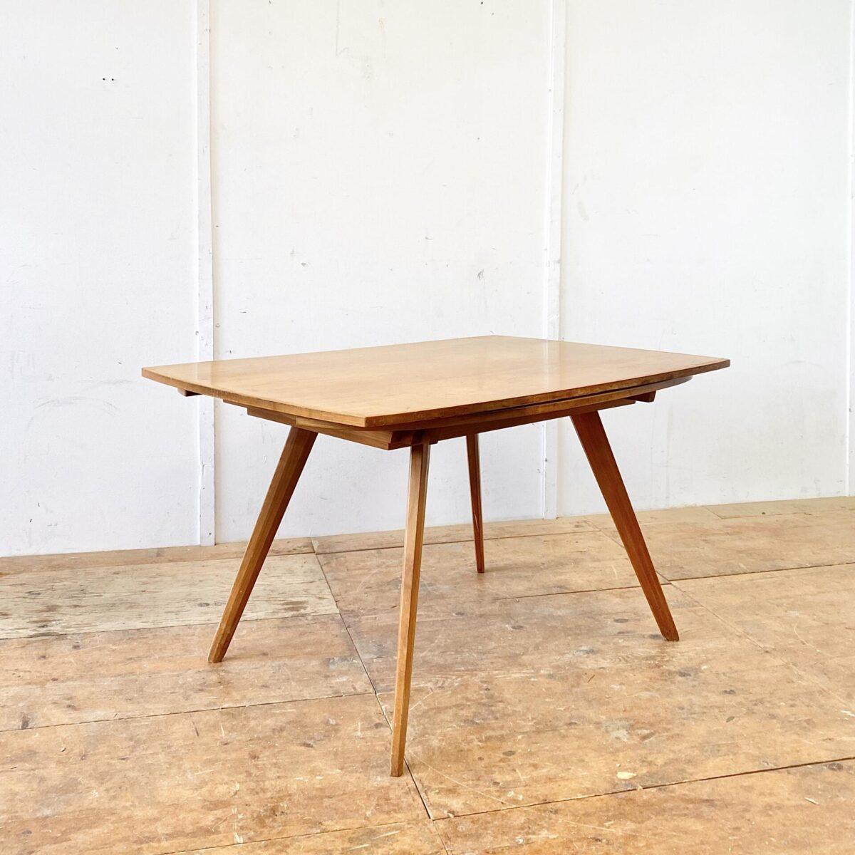 Deuxieme.shop swissdesign. Jacob Müller Zwei-Form-Tisch aus den 50er Jahren. 130x88cm Höhe 72cm. Mit den zwei Auszügen ist der Tisch Quadratisch 130x130cm. Tischblatt furniert, die konischen Tischbeine sind aus Vollholz. Der Tisch ist Originalem Zustand, alles stabil und funktionstüchtig, der Lack ist teilweise etwas abgewetzt.