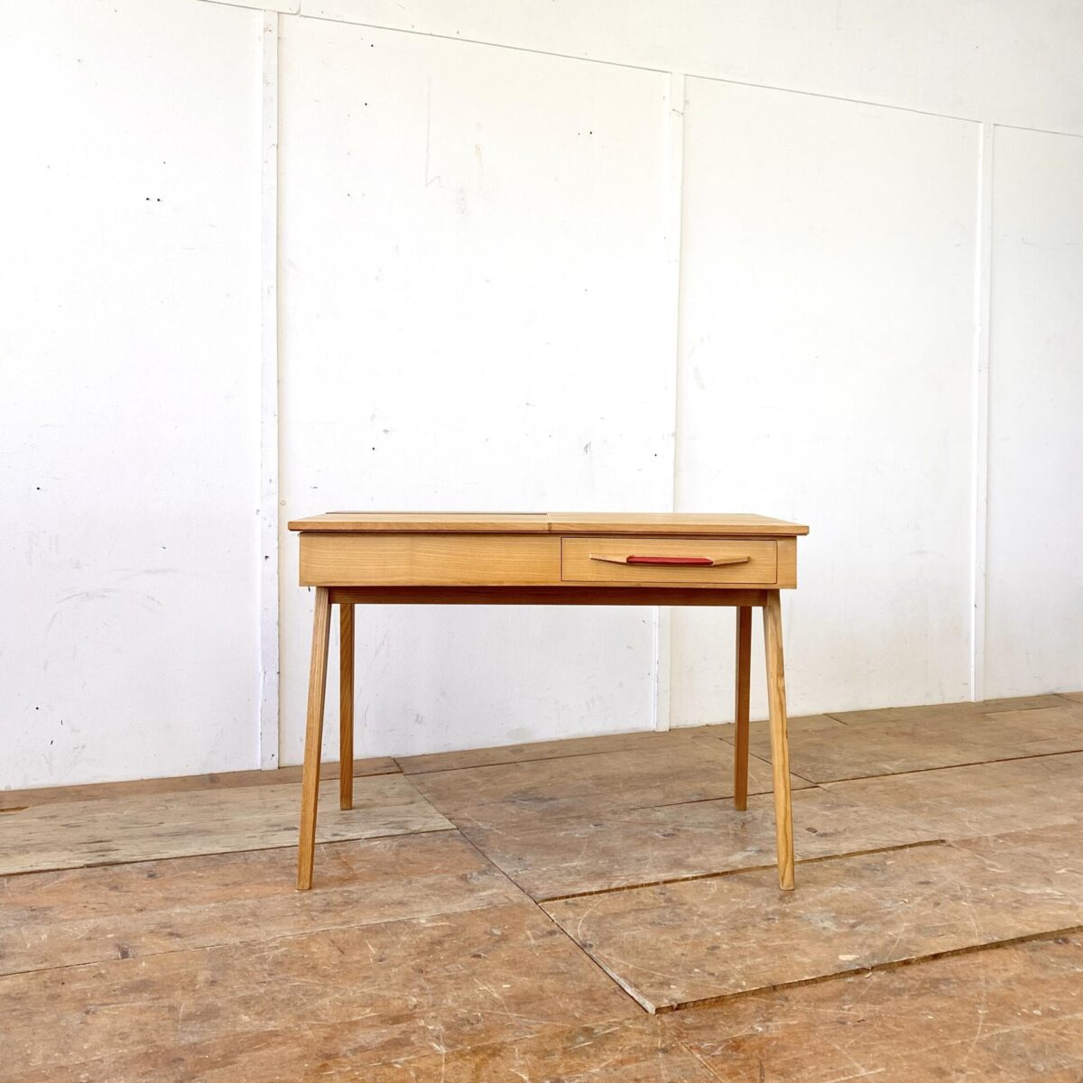 Deuxieme.shop midcentury desk. Schweizer 50er Jahre Schreibtisch aus Esche von Corta Multiform. 105x60cm Höhe 74cm. Der Tisch hat eine Schublade mit Kunstleder griff, und eine Klappe mit Schminkspiegel.