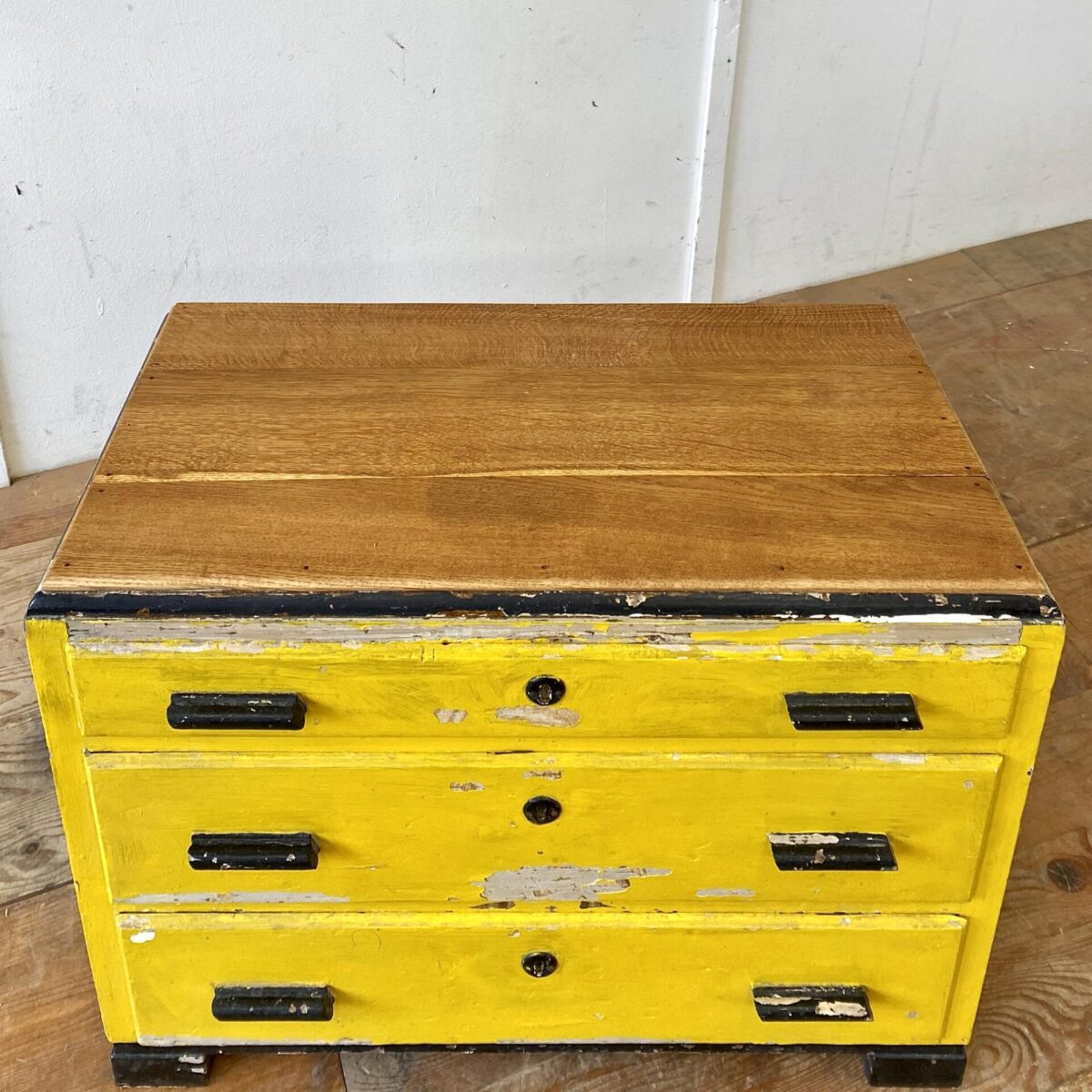 Deuxieme.shop Art déco schubladenmöbel. Kleine schwarz-gelbe Kommode mit Eichenholz Deckblatt. 78x37cm Höhe 60.5cm. Die drei Schubladen laufen gut, die Schlüssel sind nicht mehr vorhanden.