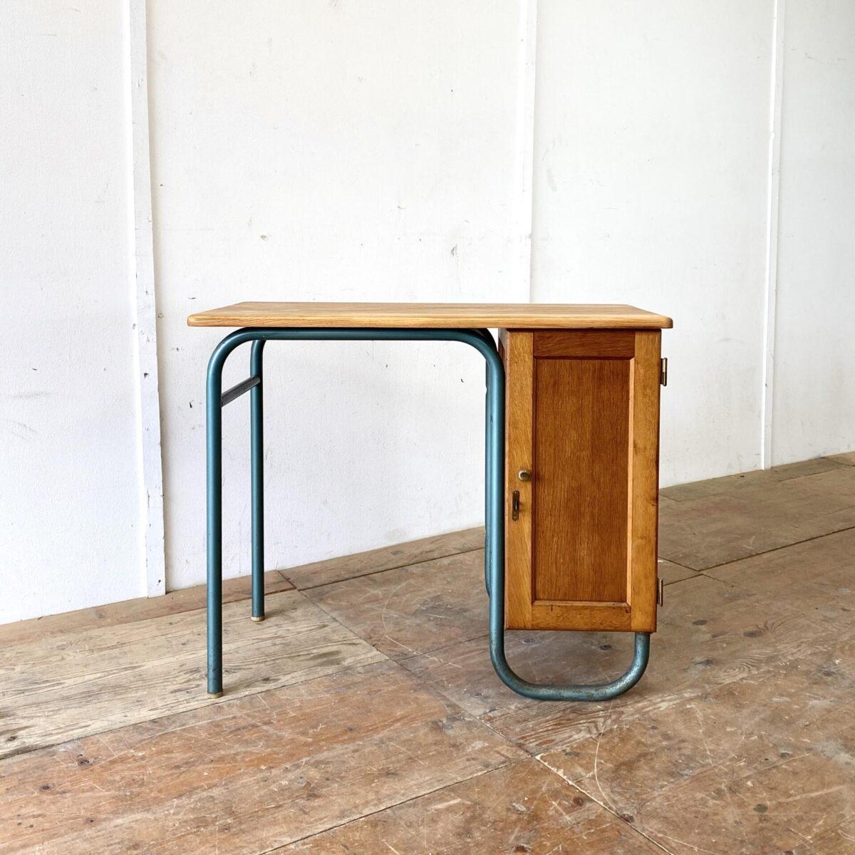 Deuxieme.shop Bauhaus Tisch Thonet Breuer. Kleiner Eichen Schreibtisch mit gebogenem Stahlrohr Gestell. Tischblatt Vollholz, Unterschrank teilweise furniert. Das Schränkli kann mittels Vorhängeschloss, abgeschlossen werden. Das Metall Gestell hat Patina und Rost Sprenkel. Hersteller und genaues Alter sind unbekannt.