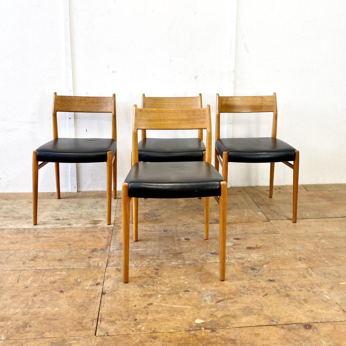 Deuxieme.shop midcentury teak Dinningchairs. Denmark. 8 Schlichte Skandinavische Teakstühle mit Leder Sitzfläche. Die Stühle werden im 4er oder 8er Set verkauft. Die Stühle sind gebraucht, wurden vor ca. 8 Jahren mit schwarzem Leder neu bezogen.