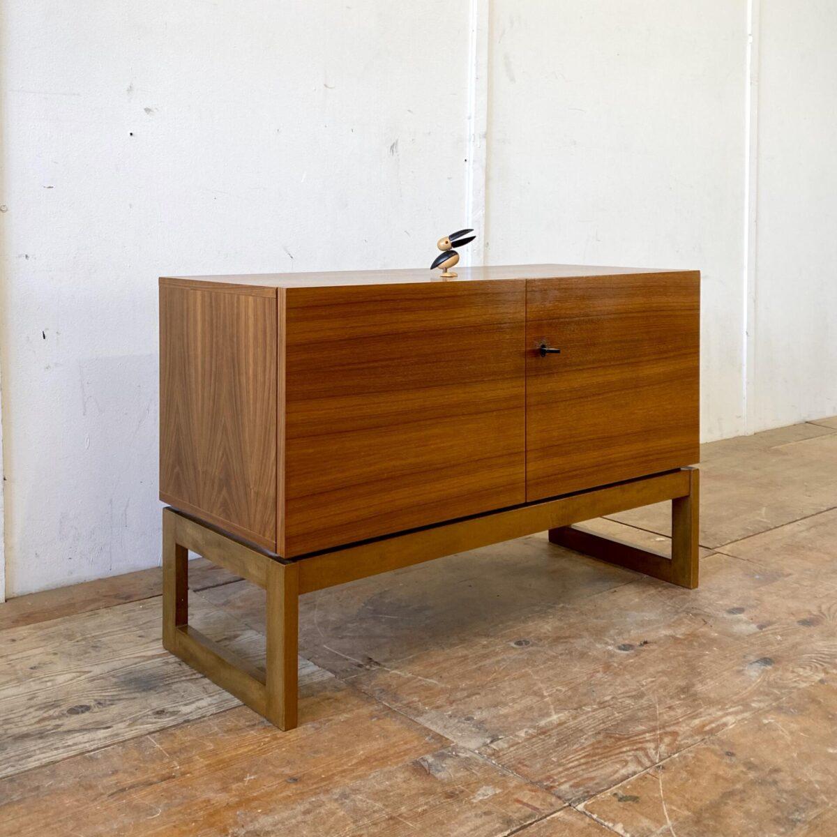 Deuxieme.shop midcentury sideboard Swiss design. Schlichte Schweizer Nussbaum Kommode. 95x40.5cm Höhe 62.5cm. Die Rückseite des Sideboard ist auch mit Nussbaum Furnier verarbeitet.