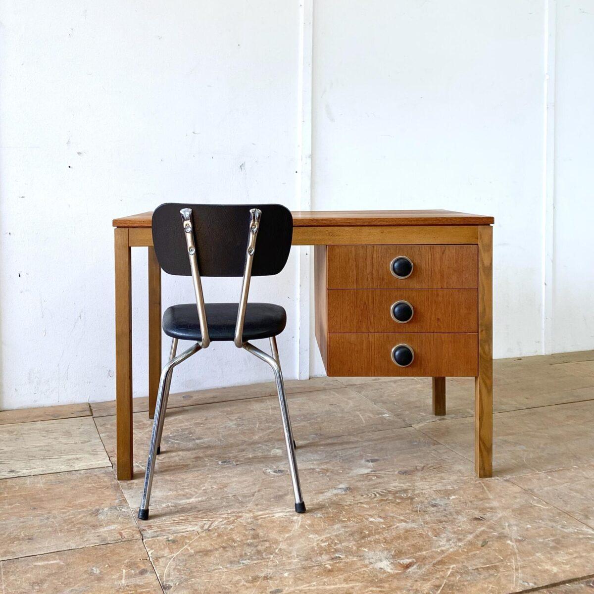Deuxieme.shop midcentury teak Tisch denmark. Dänisch teak furniture 60er Jahre. Kleiner Teak Schreibtisch mit drei Schubladen. 105.5 x 60.5cm Höhe 73cm. Die Schubladengriffe sind aus Kunstleder.