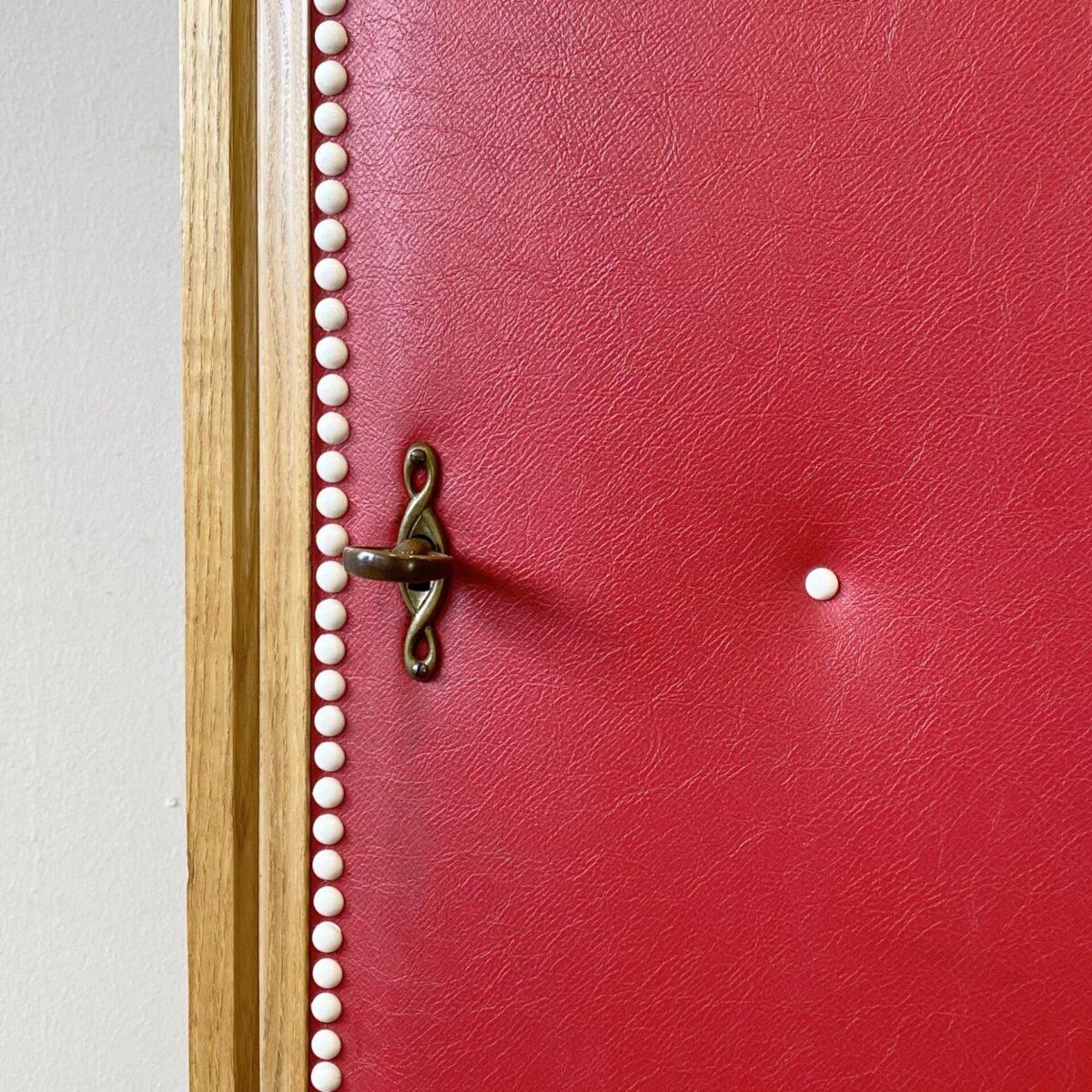 Deuxieme.shop vintage Kleiderschrank, kinderschrank. Kompakter Kleiderschrank mit rotem Kunstleder von Corta Multiform. 70x42cm Höhe 154cm. Der Schrank hat eine Metall Schiene für Kleiderbügel, ein anderer Innenausbau, zum Beispiel mit Tablaren, ist nach Absprache möglich.