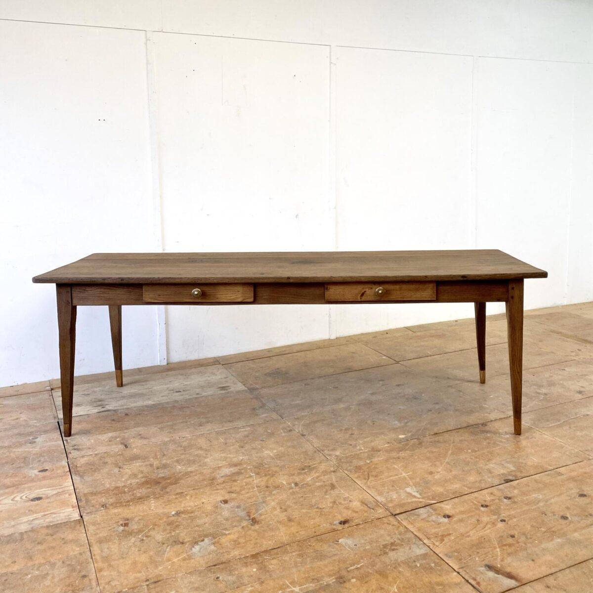 Biedermeier Tisch aus Eiche mit zwei Schubladen. 230x81cm Höhe 76cm. Der Esstisch hat diverse Risse und leicht offene Fugen, ist aber alles in stabilem Zustand. Bei den Beinen wurde mal bisschen angesetzt. Die Holzoberflächen sind mit Naturöl behandelt. Der Tisch bietet Platz für bis zu 10 Personen.