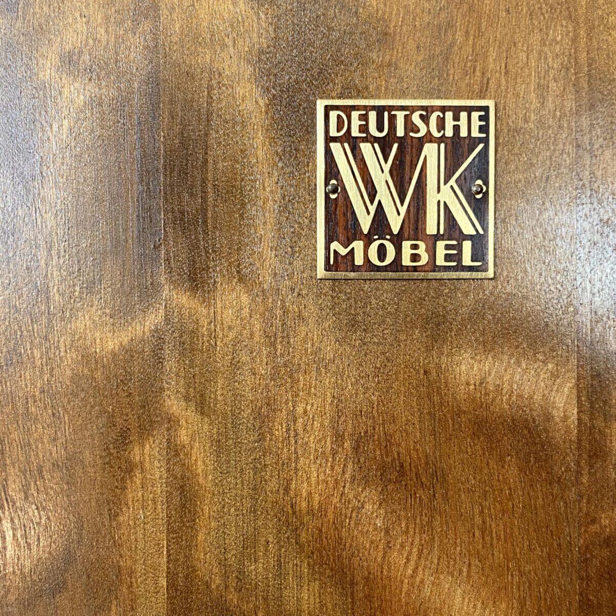 Deuxieme.shop Art déco Möbel Schellack Vitrine. Vitrine mit Tablaren und Glas Türen von WK Möbel. 112x34cm Höhe 165cm die tiefe des Schrank Innenraum misst 28cm. Das Möbel ist ideal für Geschirr, Gläser Vitrine, Ausstellungsstücke oder als Trophäen Schrank. Die Tablare sind höhenverstellbar. In den abschliessbaren Türen ist noch das alte Original Glas, mit der typischen leicht gewellten Oberfläche. Der Hochglanz Lack ist teilweise etwas rissig, auf den Tablaren hat's den einen oder anderen Ringförmigen Glasabdruck. Ansonsten alles in stabilem Zustand.