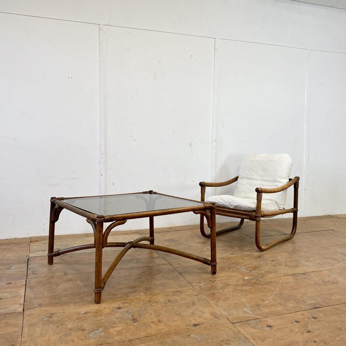 Deuxieme.shop Cocktail Sessel Bambus coffetable. Midcentury Bambus Sessel und Salontisch. Der Salontisch mit Rauchglas ist 89x89cm Höhe 50cm. Der abnehmbare Stoff des Cocktail Sessel ist frisch gewaschen. Preis fürs Set.